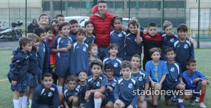 Foto di gruppo per Lo Faso e i bambini della Vis Palermo