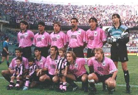 """La gara di domenica contro il Parma ci """"costringe"""" ad aprire l'album dei ricordi. Al Parma è legato uno dei più indelebiliricordi della storia recente del club rosanero. Parliamo di quel 3 a 0 che il Palermo dei """"picciotti"""", allenato da Arcoleo, rifilò ai gialloblùnella memorabile serata del 30 agosto 1995. Era ilsecondo turno di coppa Italia a eliminazione diretta, il Palermo era una squadra di serie B che affrontava il campionato con tante incognite e una situazione societaria abbastanza complicata sotto il profilo economico. Bisognava risparmiare e la squadra fu allestita con pochi mezzi, attingendo soprattutto dalle serie inferiori."""