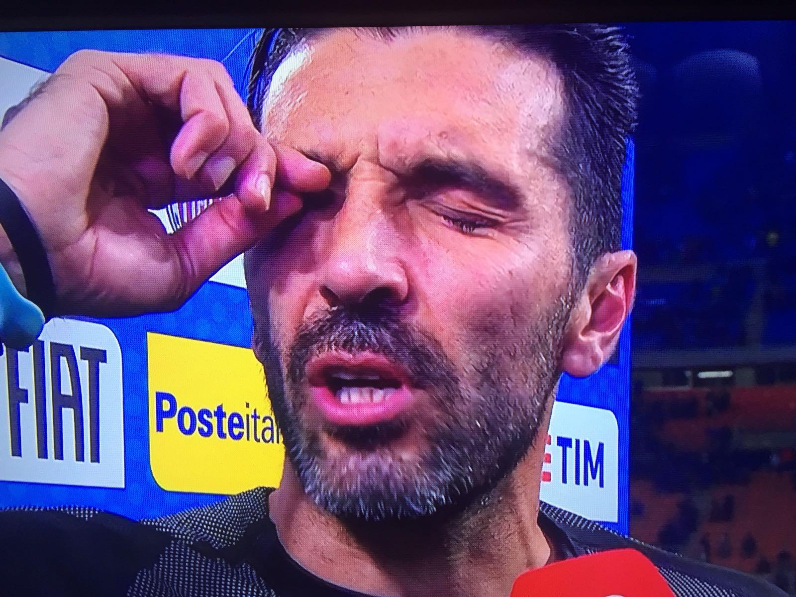 """Un Buffon in lacrime dice addio alla Nazionale. L'ultima gara del portiere azzurro è amara, l'Italia manca la qualificazione al Mondiale di Russia. """"Dispiace per il movimento, abbiamo fallito un qualcosa che a livello sociale poteva essere importante. Non ho il rammarico di finire, alla fine il tempo è tiranno. Mi dispiace che l'ultima gara coincida con una non qualificazione"""", afferma un commosso Buffon alla Rai. >> ITALIA – SVEZIA: LE PAGELLE """"Non abbiamo sottovalutato gli avversari, sapevamo cosa significano quest due sfide. Non siamo riusciti ad esprimere il meglio"""". Difficile analizzare un fallimento del genere. """"Ci è mancata lucidità,"""