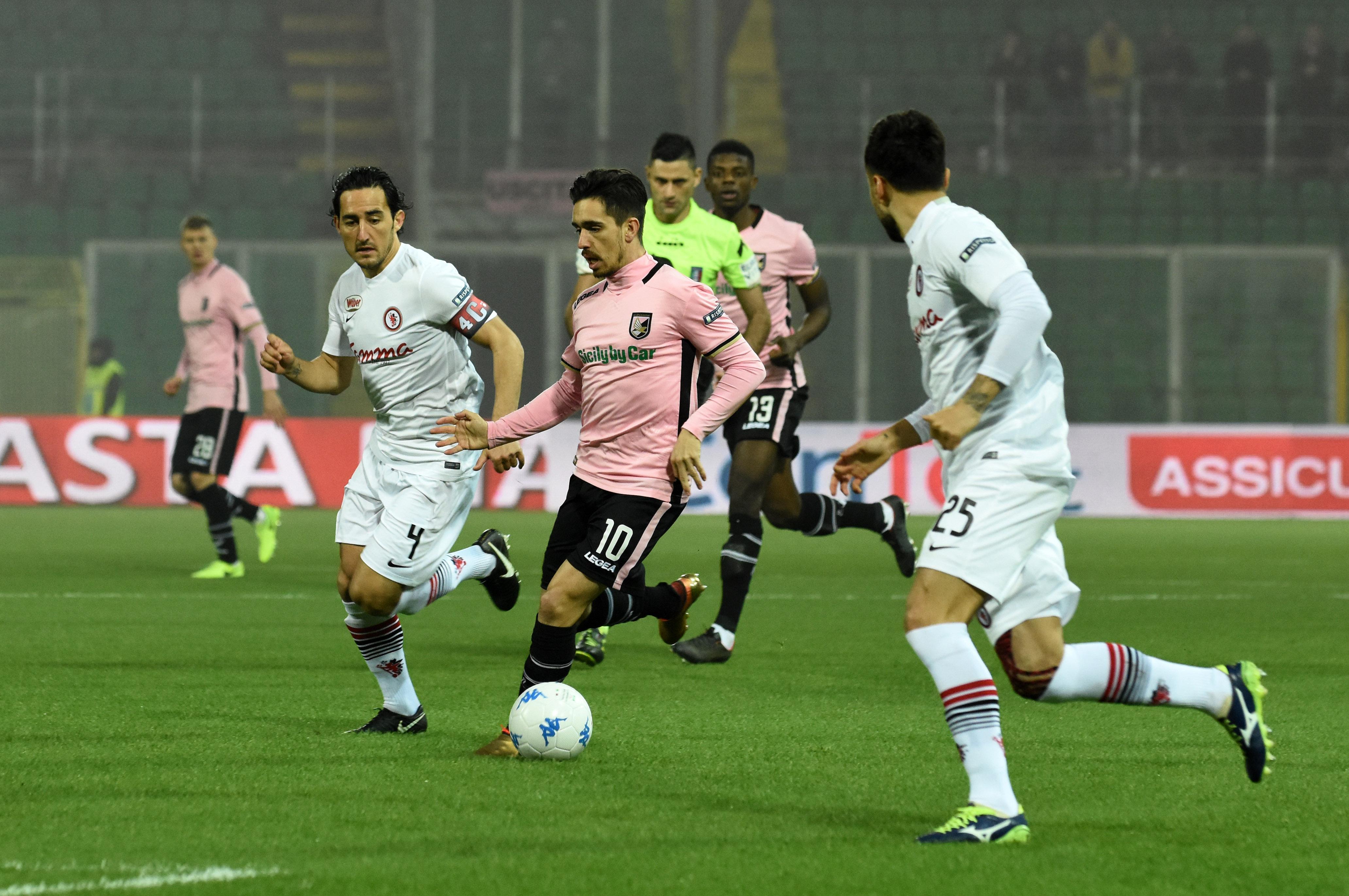Il Palermo cade in casa 1-2 contro il Foggia. I rosanero devono rifarsi dal 4-0 subito ad Empoli. La squadra di Tedino la sblocca solo con Nestorovski su rigore al ventesimo del secondo tempo. Sembra tutto fatto ma Coronado si fa espellere per un'entrataccia e il Foggia, sfruttando la superiorità numerica, in sei minuti fa due gol e vince la partita. LA CRONACA DEL MATCH LE PAGELLE DI GUIDO MONASTRA GLI HIGHLIGHTS IL POST-PARTITA