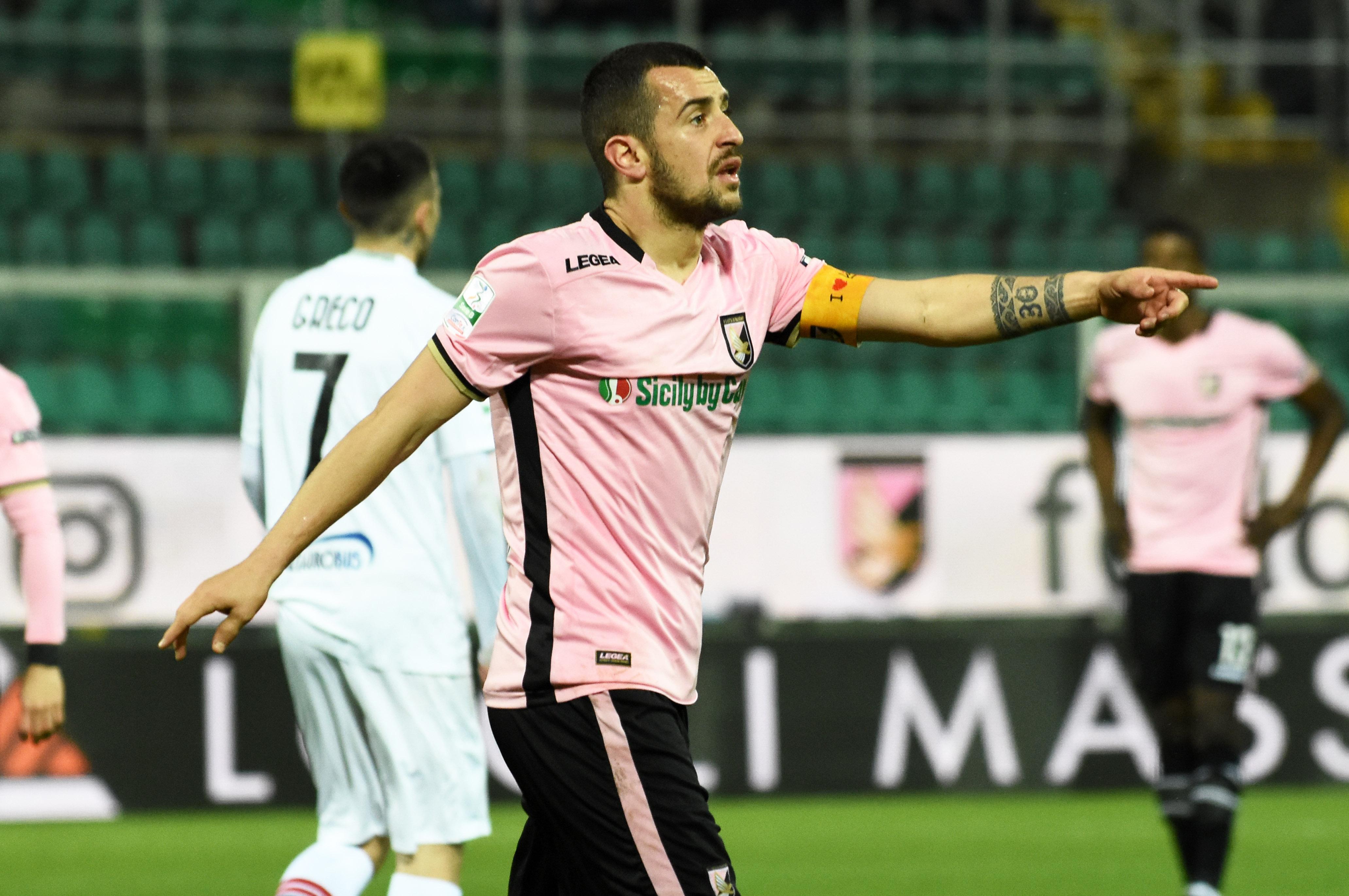 """PALERMO – FOGGIA 1 – 2 Marcatori: 20′ s.t. rig. Nestorovski (P), 33′ s.t. Duamel (F), 39′ s.t. Kragl (F) Al 23′ s.t. espulso Coronado (P) PALERMO SUBITO IN RITIRO Per la prima volta dall'inizio della stagione, il Palermoimbatte nella seconda sconfitta di fila: colpo grosso del Foggia che espugna un Barbera insolitamente gremito di tifosi rosanero (RECORD STAGIONALE DI PRESENZE). Ennesima prestazioneopaca per la squadra di Bruno Tedino, """"imballata""""e priva di fantasia nel proporre trame di gioco: primo tempo povero di occasioni al Barbera, le due squadre si studiano, forse troppo a tal punto di annullarsi. > LE PAGELLE"""