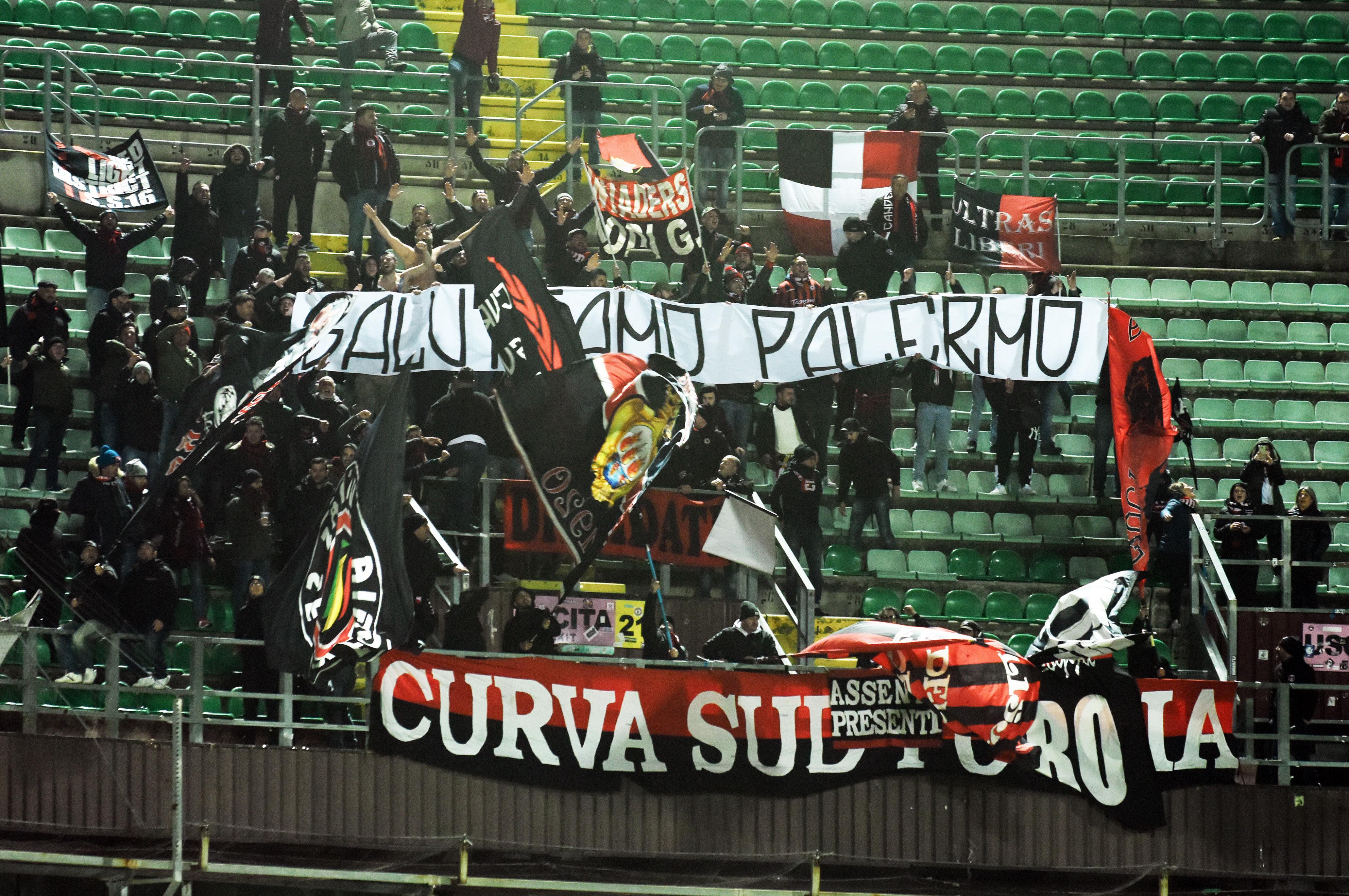 """I tifosi tornano al Barbera (nuovo record stagionale), ma Palermo – Foggia, nonostante la sconfitta, è stata anche l'occasione per rinsaldare il gemellaggio pluri-decennale tra la tifoseria pugliese e quella rosanero, presente in Curva Nord con lo striscione """"Perché il Palermo è la squadra che amiamo"""". LE PAGELLE DI PALERMO – FOGGIA A metà del primo tempo, viene esposto dalla tifoseria ospite lo striscione """"Salutiamo Palermo"""", accolto prontamente dagli applausi del pubblico palermitano presente al Barbera. BIGLIETTI PALERMO – FOGGIA: OLTRE 13 MILA AL BARBERA Quello dei tifosi pugliesi non è stato però l'unico momento da segnalare sugli spalti: oltre"""