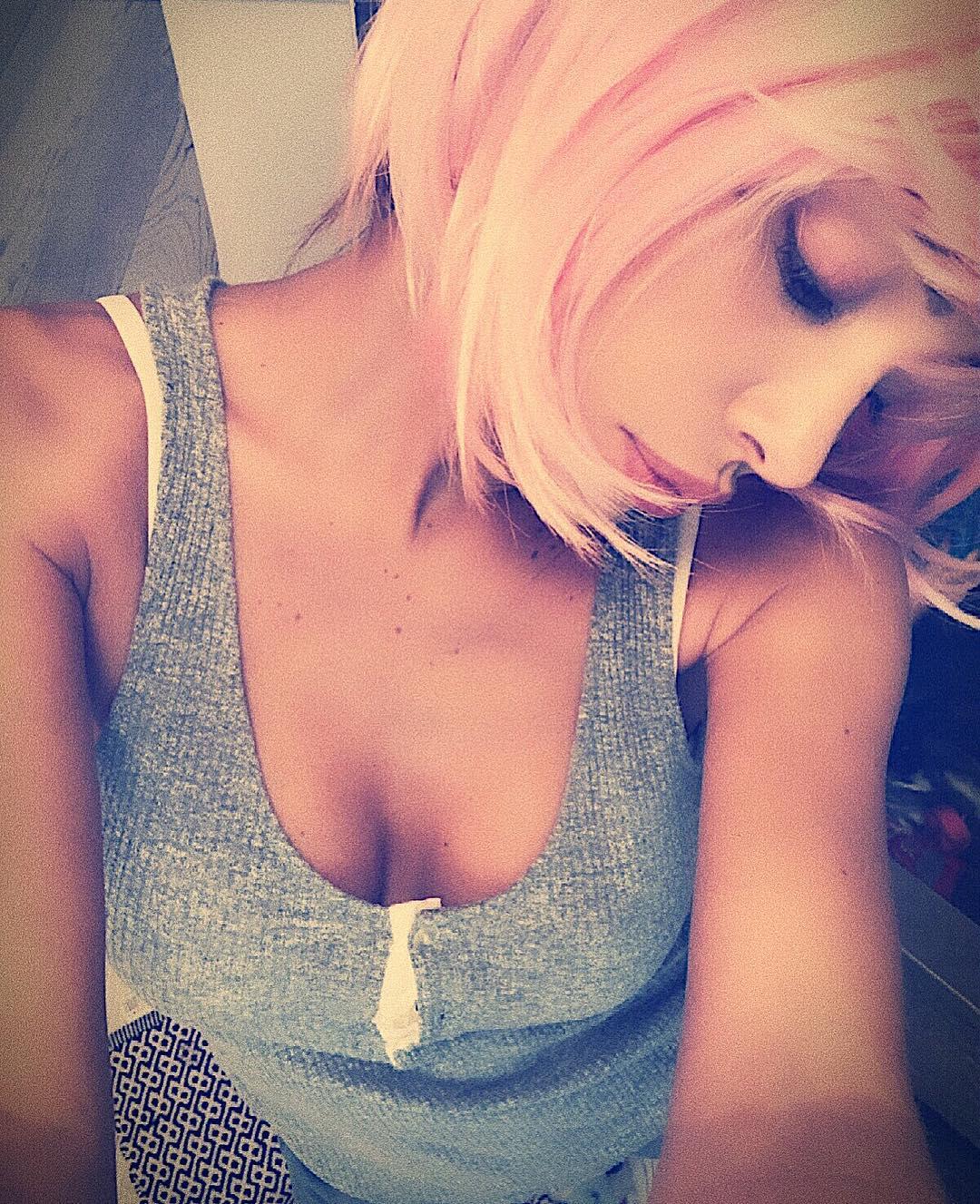 """Belen Rodriguez sceglie il rosa. La bella showgirl argentina ha pubblicato una foto su Instagram in cui si mostra con una parrucca, correlando come didascalia, in tono scherzoso, """"Oggi esco così"""". NOVARA – PALERMO, LE PROBABILI FORMAZIONI Il rosa sta bene con tutto e Belen sembra ancora più bella con la chioma del colore della maglia del Palermo. La modella si è ispirata ad una famosa serie animata degli anni ottanta,""""Jem""""; ma non è l'unica ad essere stata conquistata dal rosa. NOVARA – PALERMO: I CONVOCATI DI TEDINO Di recente, Federer ha giocato agli Australian Open con una maglia impreziosita"""