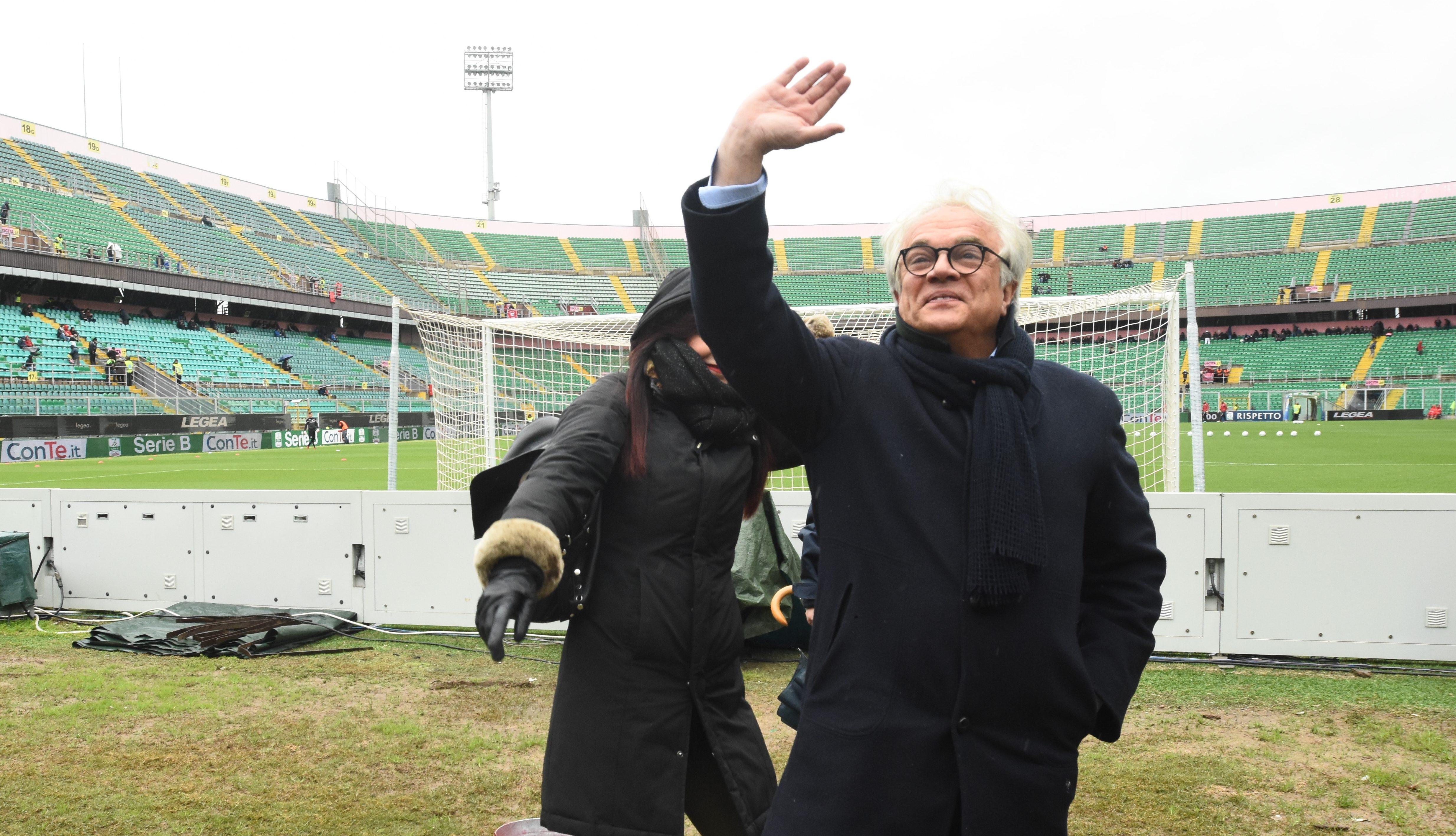 """Anche l'ex presidente del Palermo, Giovanni Giammarva, era presente alla manifestazione """"Rosanero in Fest"""".Giammarva ha ricevutounpremiodalla Curva Nord 12 che lo ha ringraziato per il suo percorso in rosanero: """"Mi avete accolto in maniera meravigliosa e mi avete fatto sentire uno di voi – ha detto Giammarva -. Oggi mi avete reso davvero felice con questo premio"""". STADIONEWS A ROSANERO IN FEST Giammarva, poi, si è soffermato sul periodo della squadra rosanero: """"Questa gioia e questo affetto nei confronti di questo sport mi manca tantissimo. Per fortuna siamo in un momento positivo, la squadra sta facendo bene e abbiamo tutte"""