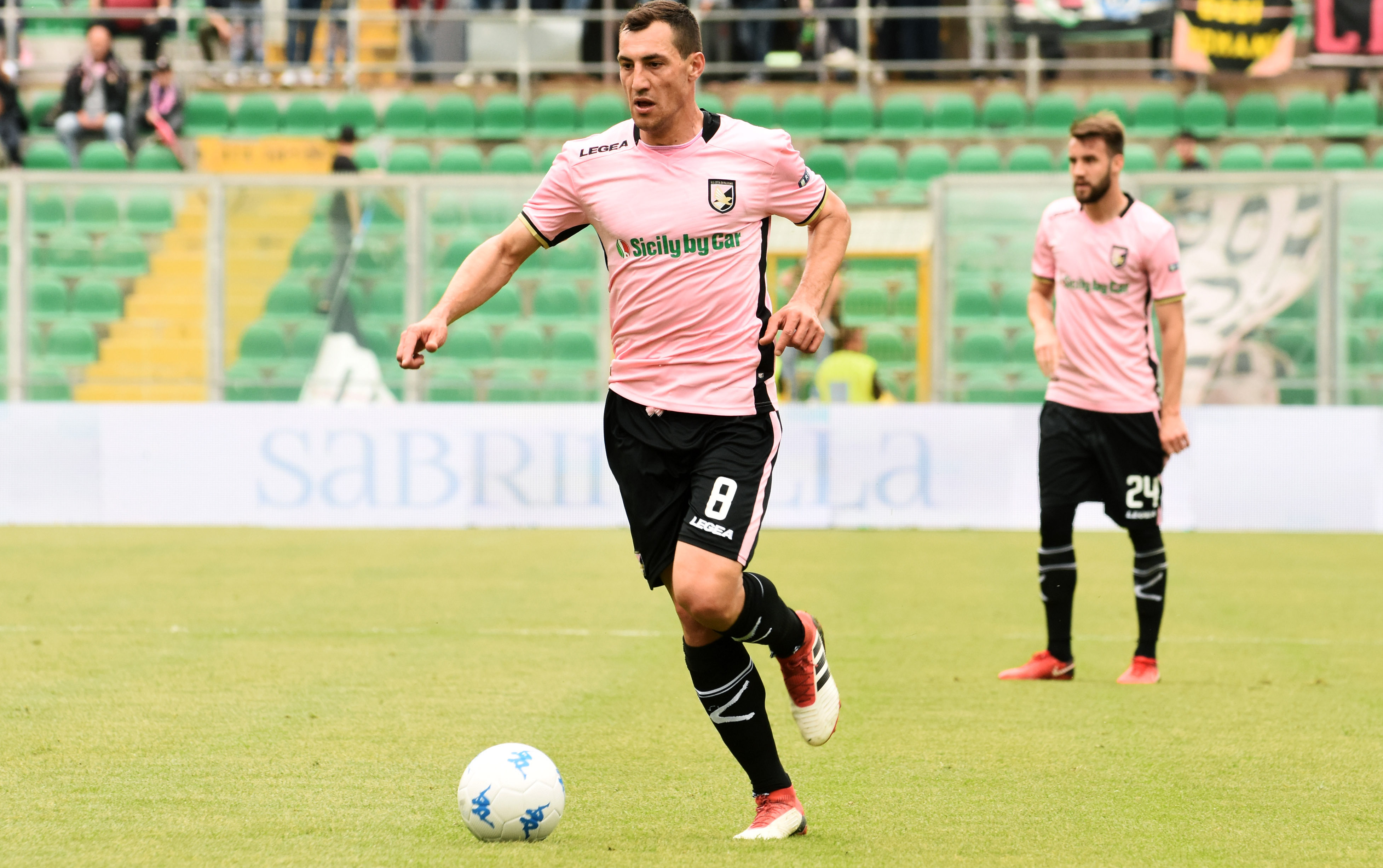 """Mato Jajalo ha parlato in zona mista al termine di Palermo – Frosinone. Una vittoria che avvicina i rosa alla Serie A: """"Le cose più importanti sono state la prestazione e la vittoria. Era l'ultima in casa, c'era lo stadio pieno con dei tifosi fantastici. Adesso dobbiamo recuperare bene e concentrarci sulla partita di ritorno. Abbiamo preso gol con un mezzo tiro, sin dall'inizioabbiamo dato tuttoe sapevamo che sarebbe stata una partita dura"""". IL PALERMO VA IN SERIE A SE… Jajalo ha le idee chiare sull'atteggiamento da tenere in campo a Frosinone: """"Andremo per vincere, anche oggi avremmo meritato un"""
