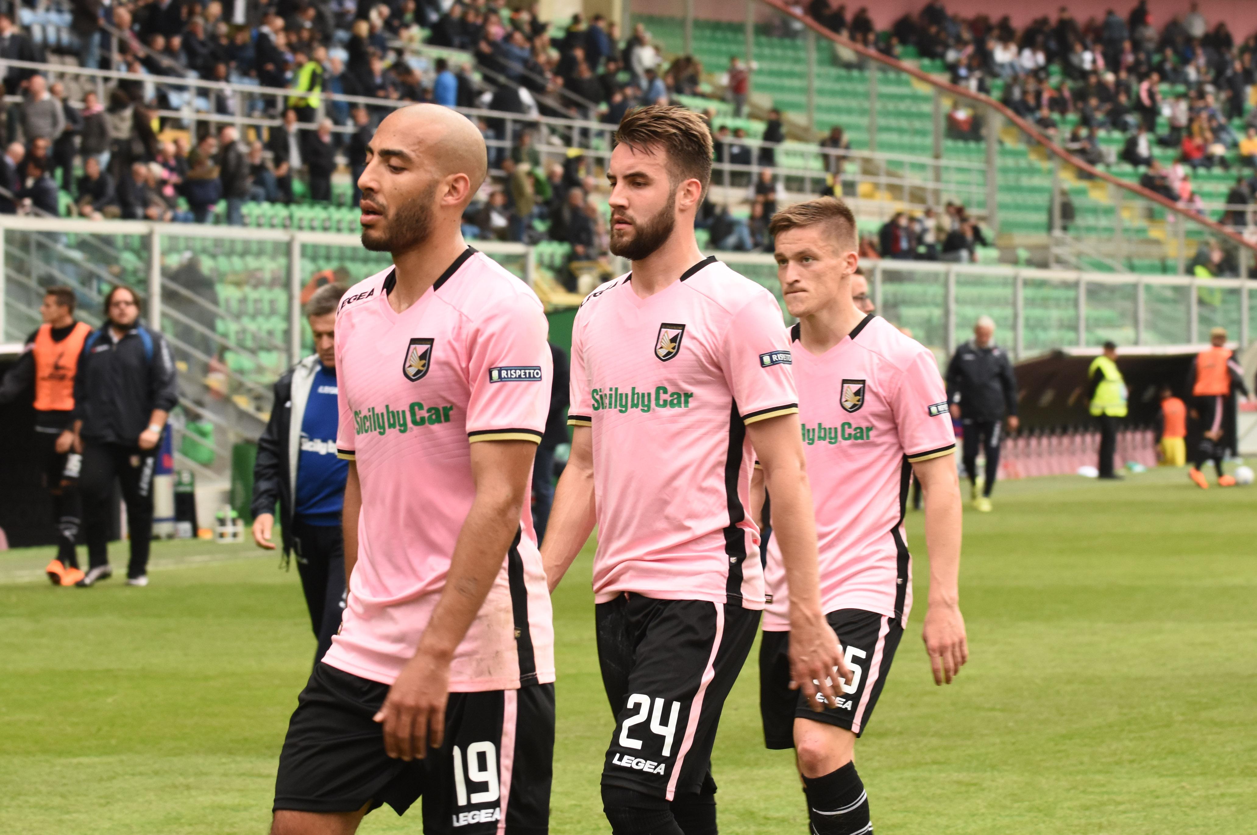 """Secondo pari consecutivo e una prestazione deludente per il Palermo, che pareggia 1-1 con la Cremonese e fa vacillare la posizione di Bruno Tedino. Un dato che emerge anche dalle pagelle dei quotidiani sportivi locali e nazionali, con voti bassi per molti dei giocatori rosanero. LE PAGELLE IRONICHE DI AMENTA E FERRARA Per la Gazzetta dello Sport Coronado è il migliore dei rosa, ma """"Pomini non esce"""":Pomini 5,5; Dawidowicz 6, Struna 6, Szyminski 6,5; Rispoli 6,5, Murawski 6, Jajalo 6 (dal 22′ s.t. Accardi 6), Gnahoré 6 (dal 43′ s.t. Trajkovski s.v.), Aleesami 6; Coronado 7; Nestorovski 5,5 (dal 36′"""
