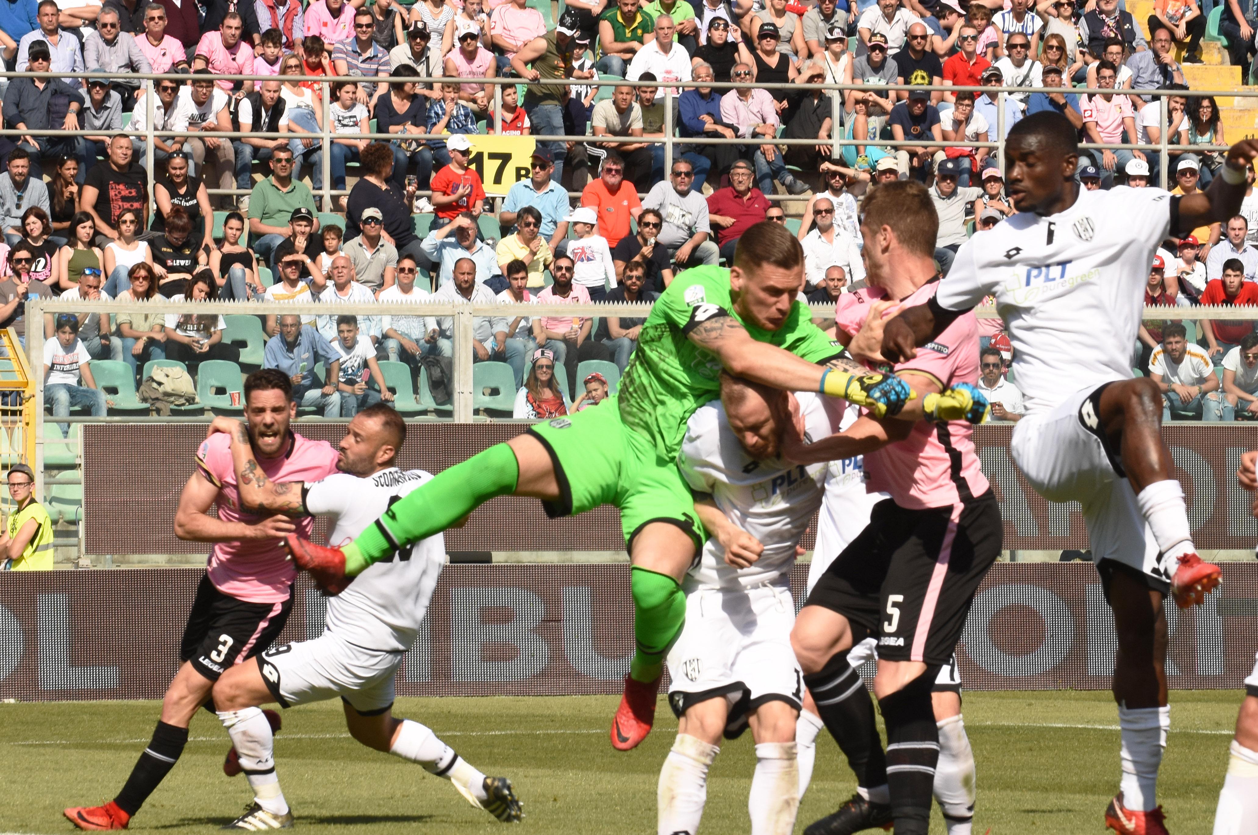 """Se la promozione diventa di colpo un miraggio. Il Palermo in un Barbera gremito non va oltre lo 0-0 con il Cesena di Rino Foschi e sciupa la propria grande occasione per centrare la serie A entro la fine della regular season. Il momento chiave della gara è il rigore sbagliato da Coronado nel primo tempo, che di fatto lascia a Parma e Frosinone il ruolo di duellante per il secondo posato in classifica. GLI HIGHLIGHTS DEL MATCH LE PAGELLE DI GUIDO MONASTRA LA CRONACA DEL MATCH ZAMPARINI: """"CERTI FISCHI MI HANNO FATTO MALE"""""""