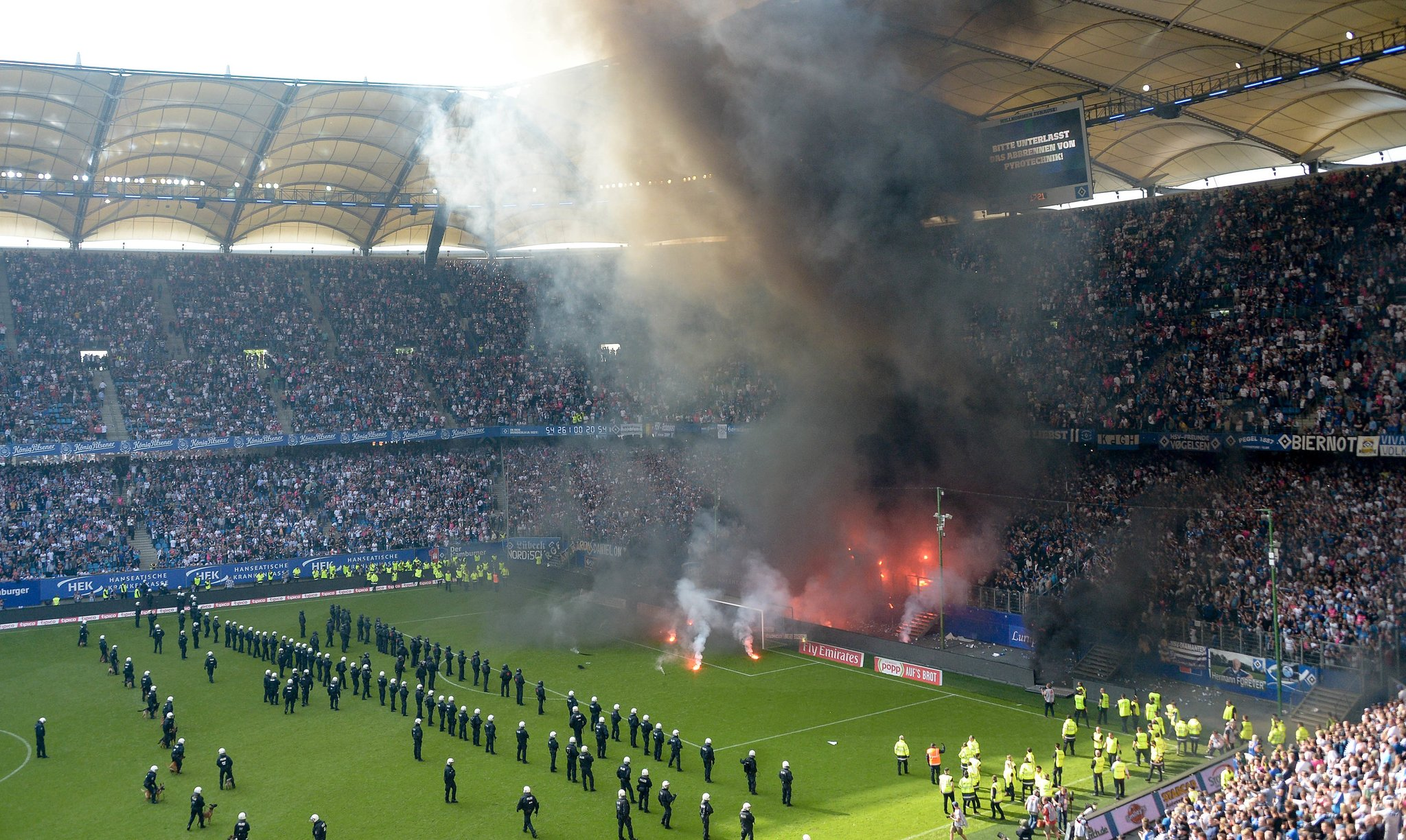 L'Amburgo è retrocesso in Zweite Liga, la seconda divisione tedesca, per la prima volta nella sua storia. Da quando esiste la Bundesliga, i Rothosen sono stati l'unica squadra a partecipare a tutte le 55 edizioni. All'Amburgonon è bastato aver vinto in casa contro il Borussia Moenchegladbach. Decisiva la vittoria del Wolfsbug contro il Colonia. È MORTO ELIO GIULIVI Nel finale del match l'arbitro è stato costretto ad interrompere l'incontro a causa di disordini sugli spalti. I tifosi dell'Amburgo hanno lanciato in campo dei fumogeni e appiccato un incendiocostringendo le forze dell'ordine ad intervenire. Polizia e sterwards hanno formato un cordone