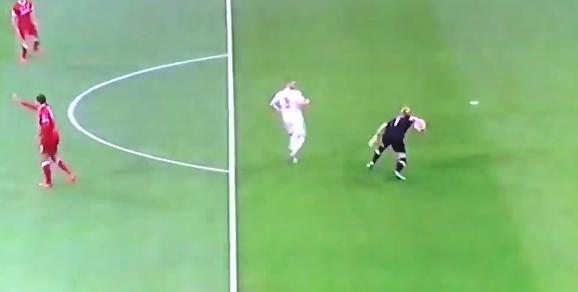 """Due papere che difficilmente dimenticheremo. Prima Benzema segna il gol del vantaggio nella finale di Champions League, poi Bale chiude i conti, ma entrambi devono deve ringraziare il portiere del Liverpool Karius che commette due errori a dir poco clamorosi. CRISTIANO RONALDO: """"É STATO BELLO STARE NEL REAL"""" Al sesto minuto della ripresa, Karius blocca con le mani al limite dell'area un pallone lanciato lungo dal Real: Benzema pressa e Karius incredibilmente rinvia il pallone con le mani colpendo in pieno i piedi del francese. Il pallone rotola lentamente in rete, il portiere accenna una protesta ma (ovviamente) è tutto"""