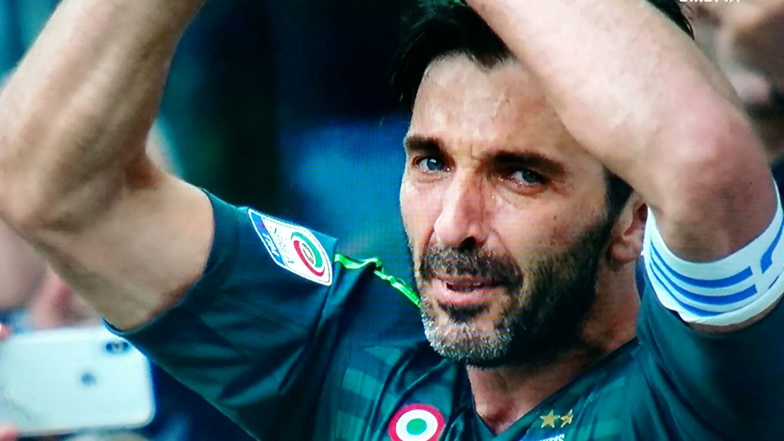 Buffon dice addio alla Juventus, anche se non al calcio. Il numero 1 bianconero, arrivato a Torino nella stagione 2001/2002 (dal Parma) conclude la sua avventura con 656 partite in tutte le competizioni di cui 311 chiuse senza subire reti.9 scudetti,5 coppe italia,6 supercoppe italiane e un campionato di serie B: questo il suo palmares in bianconero. JUVE CAMPIONE: LE FOTO DELLA FESTA I tifosi lo hanno inneggiato durante tutto il corso della gara con numerosi cori dedicati, ai quali il portiere ha risposto con tanti applausi. Standing ovation per lui al momento della sostituzione al 64′ da parte dell'Allianz