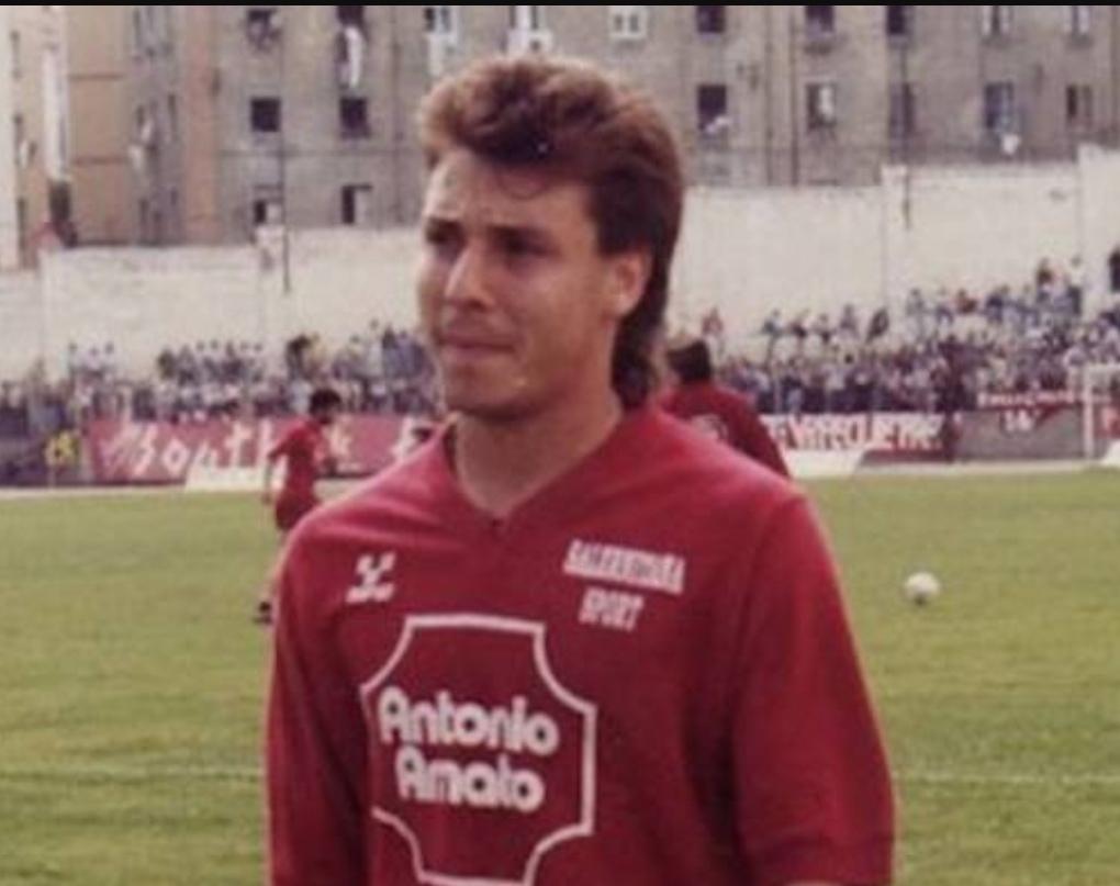 """Tra i precedenti di Salernitana – Palermo ce n'è uno di quasi 30 anni fa che vale la pena raccontare. Anche allora c'era una promozione in ballo (dalla C alla B) ma riguardava la Salernitana allenata daGiancarlo Ansaloni. Stavolta invece è il Palermo a dover vincere per sperare (molto poco) nella serie A diretta e comunque per conservare una buona posizione in vista dei playoff. I più giovani non ricordano ma il 20 maggio del 1990 il Palermo fece uno """"sgarbo"""" ai granata campani lanciati verso la promozione in serie B. Era il Palermo di Franco Liguori, con giocatori del"""