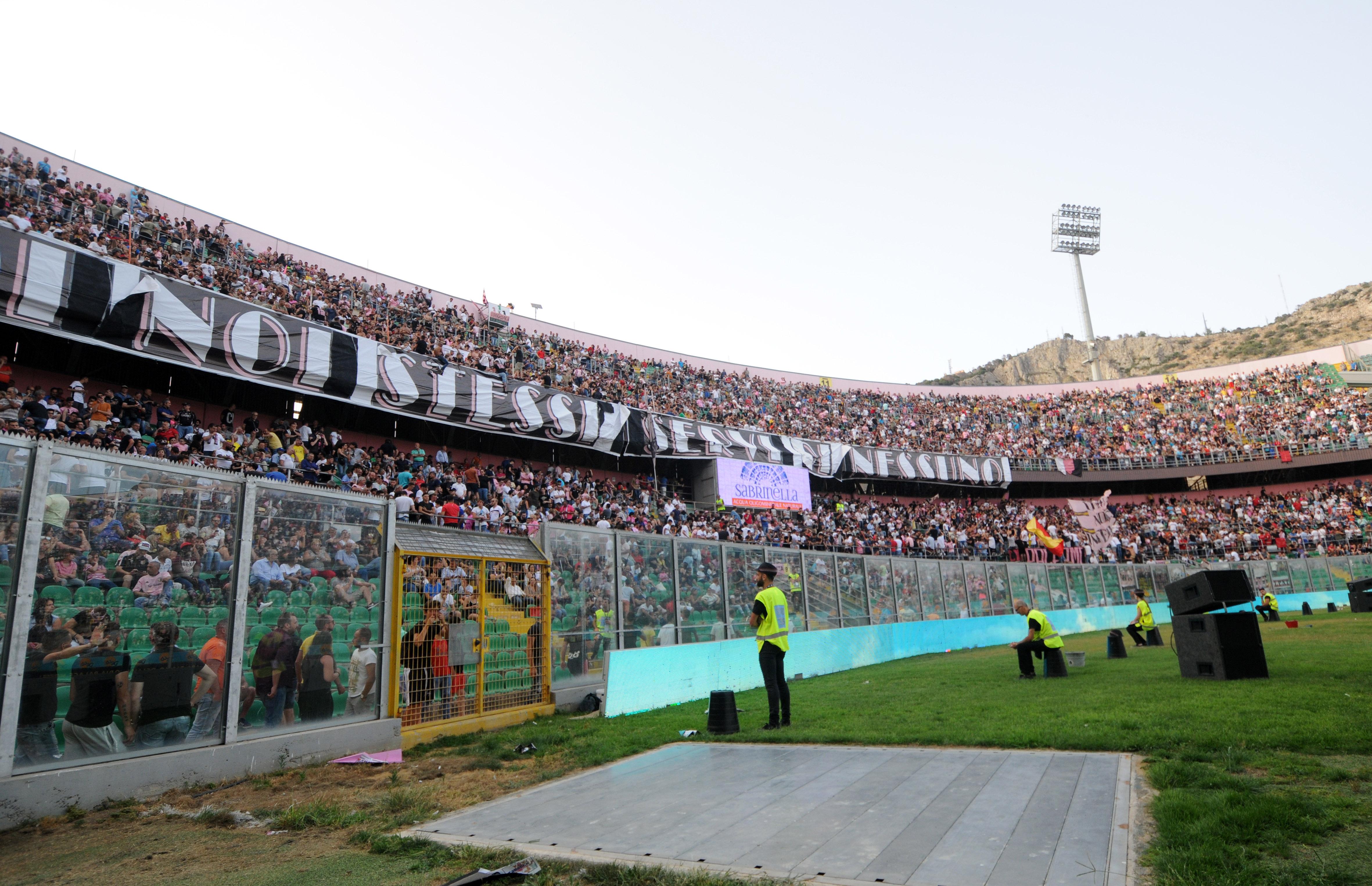 """""""Assalto"""" ai botteghini. Il Palermo calcio comunica le info di vendita dei biglietti di Palermo – Frosinone, match d'andata delle finali playoff di Serie B. Confermati i prezzi """"stracciati"""" (2 euro in curva, 5 euro in gradinata) e l'ingresso omaggio per i 2063 abbonati. I tagliandi saranno in vendita dalle 13 di oggi (lunedì 11 giugno) epotranno essere acquistati presso le rivendite Vivaticket autorizzate(CLICCA QUI), su Internet (solo a tariffa intera) e presso gli Store Ufficiali(CLICCA QUI). DATE E REGOLAMENTO DELLE FINALI PLAYOFF Sarà possibile preventivamente verificare il caricamento del tagliando sul supporto Tessera del Tifoso a partire dalle 16"""