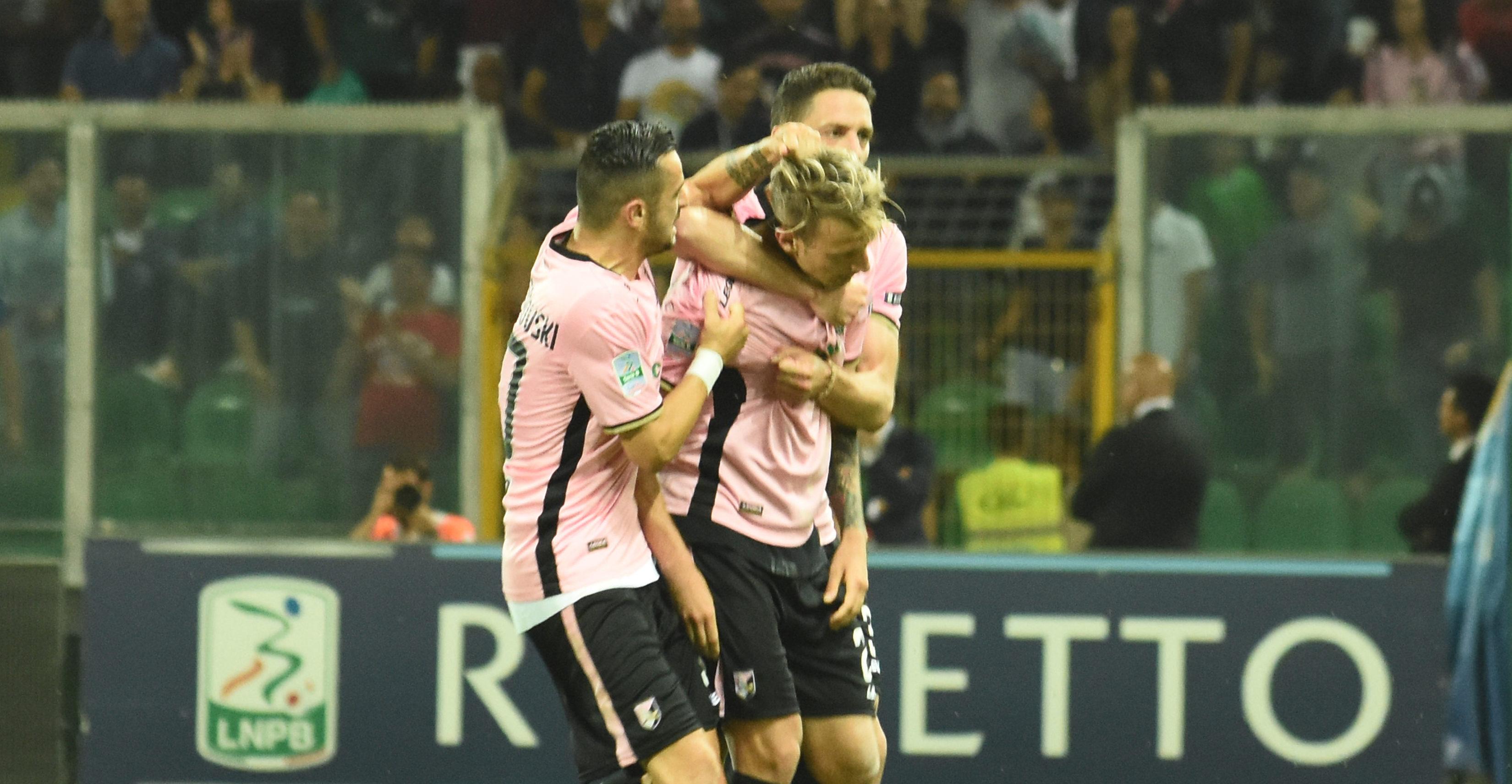 Si puntava al nuovo ennesimo record stagionale e nuovo record è stato. Palermo – Frosinone (finale d'andata dei playoff e ultima stagionale al Barbera) fissa il record di presenze per la stagione 2017/18 con 29.050 biglietti emessi. FORMAZIONI E CRONACA DI PALERMO – FROSINONE Nonostante i pochi giorni di vendita a disposizione dopo la semifinale (tre in tutto; solo due le giornate di apertura del botteghino sud dello stadio), la vendita è partita subito a gonfie vele, con un accelerazione finale che ha portato a sfiorare quota 30 mila biglietti venduti. LA MOVIOLA DI PALERMO – FROSINONE Il precedente record