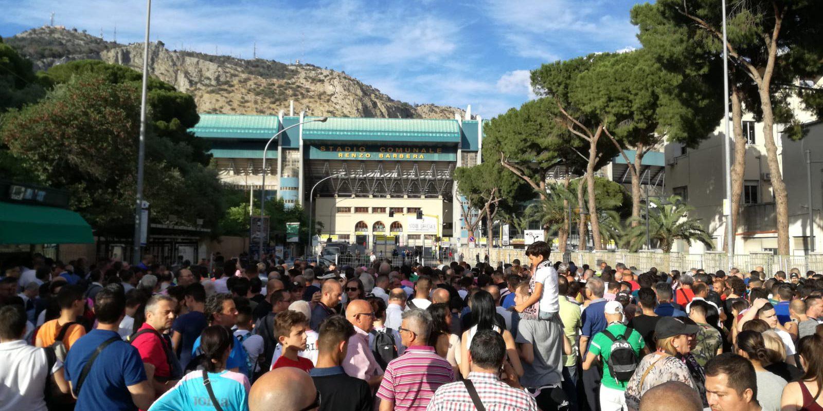 """Palermo – Frosinone è stata una partita magica. Lo stadio pieno, la rimonta e le mille emozioni. Ancora la promozione non è conquistata ma la serata di mercoledì 13 giugno non verrà dimenticata facilmente (anche grazie a queste splendide foto). LEGGI ANCHE: LE PAGELLE IRONICHE DI AMENTA E FERRARA GLI HIGHLIGHTS DI PALERMO – FROSINONE GAZZETTA – """"EFFETTO STELLONE"""" LE PAGELLE DI GUIDO MONASTRA LE PAGELLE DEI QUOTIDIANI SPORTIVI"""