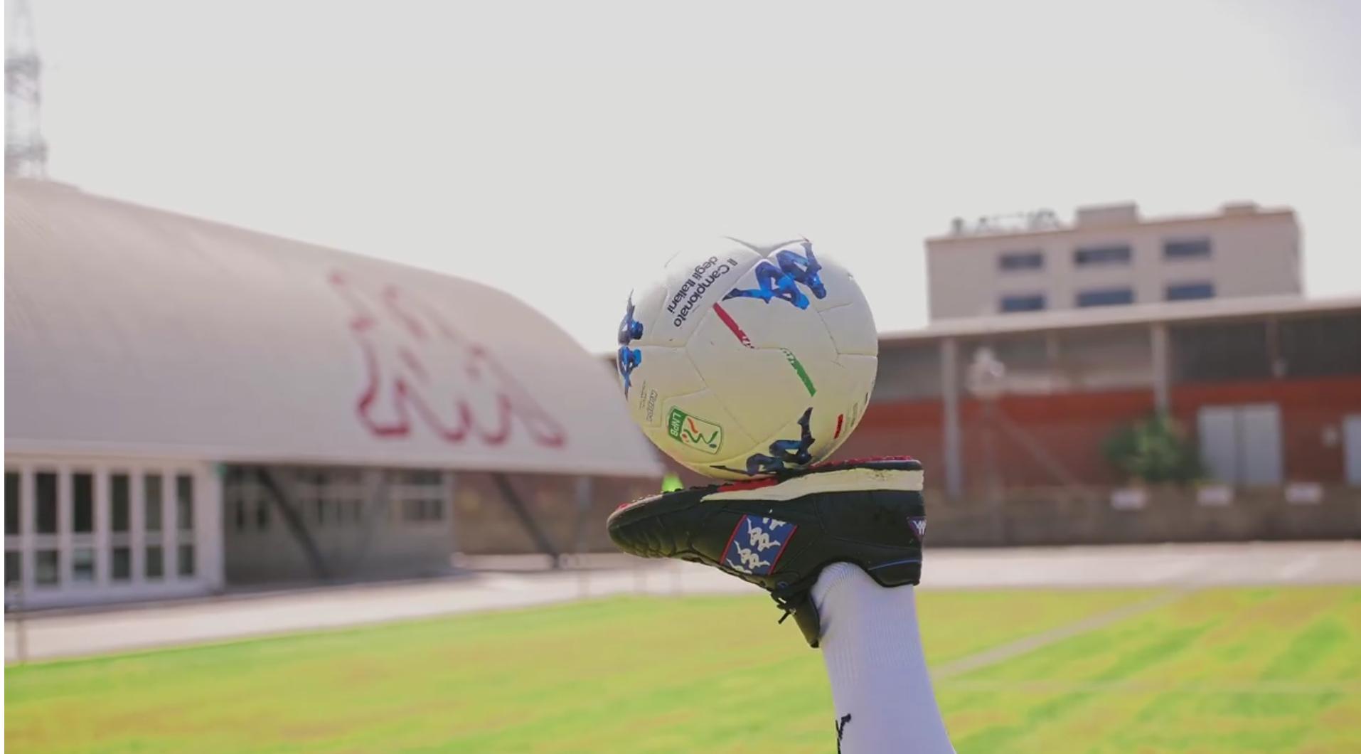 """Ecco il pallone del campionato cadetto. Si tratta del nuovo pallone realizzato da Kappa pr il campionato di Serie B, al via il prossimo 24 agosto. Il Kombat Ball (e la sua versione invernale) si evolve ulteriormente, con la riduzione del numero dei pannelli che compongono lo strato esterno, passati da 36 a 24. CORONADO ALLO SHARJAH? SI FARA': LE ULTIME Come si legge nel comunicato però c'è anche una novità grafica: """"Un omaggio al territorio italiano. Le regioni sono individuate all'interno del pattern presente sul logo degli omini in differenti tonalità di azzurro, le linee presenti sul pallone sono"""