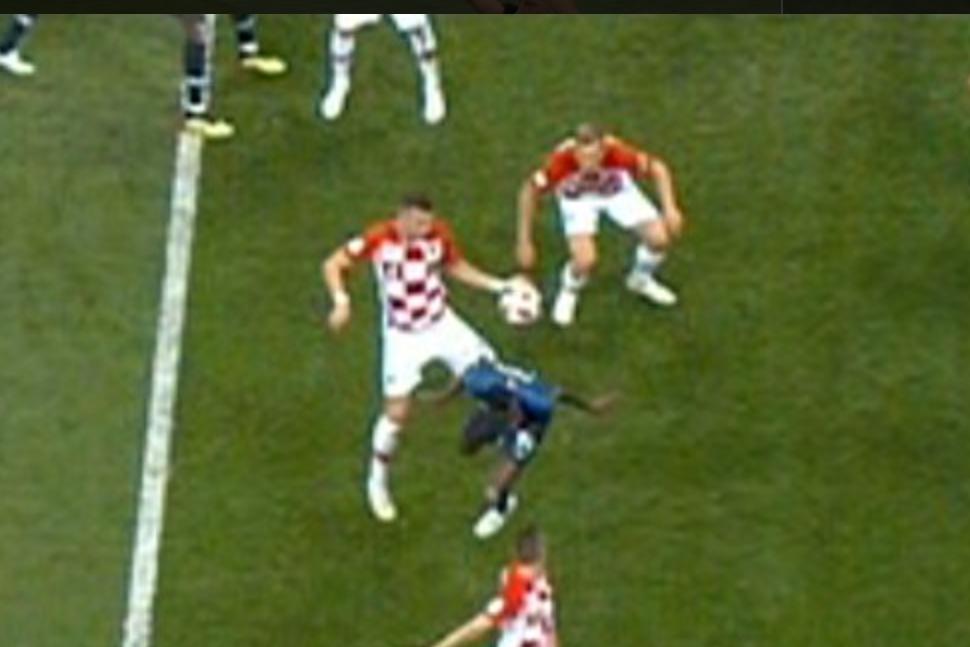 C'è sempre una prima volta. Il primo mondiale con il VAR non poteva che chiudersi con un intervento decisivo anche in finale. In Francia – Croazia, si è assistito infatti al primo rigore assegnato all'ultimo atto della Coppa del mondo con l'ausilio del VAR. Avviene tutto al minuto: calcio d'angolo battuto dalla destra e contrasto aereo tra Matuidi e Perisic, che tiene le braccia larghe e devia il pallone con la mano. I francesi reclamano subito il rigore e dopo alcuni secondi di attesa, l'arbitro argentino Pitana riceve la segnalazione del VAR, l'italiano Irrati di Pistoia: l'episodio andrà rivisto al