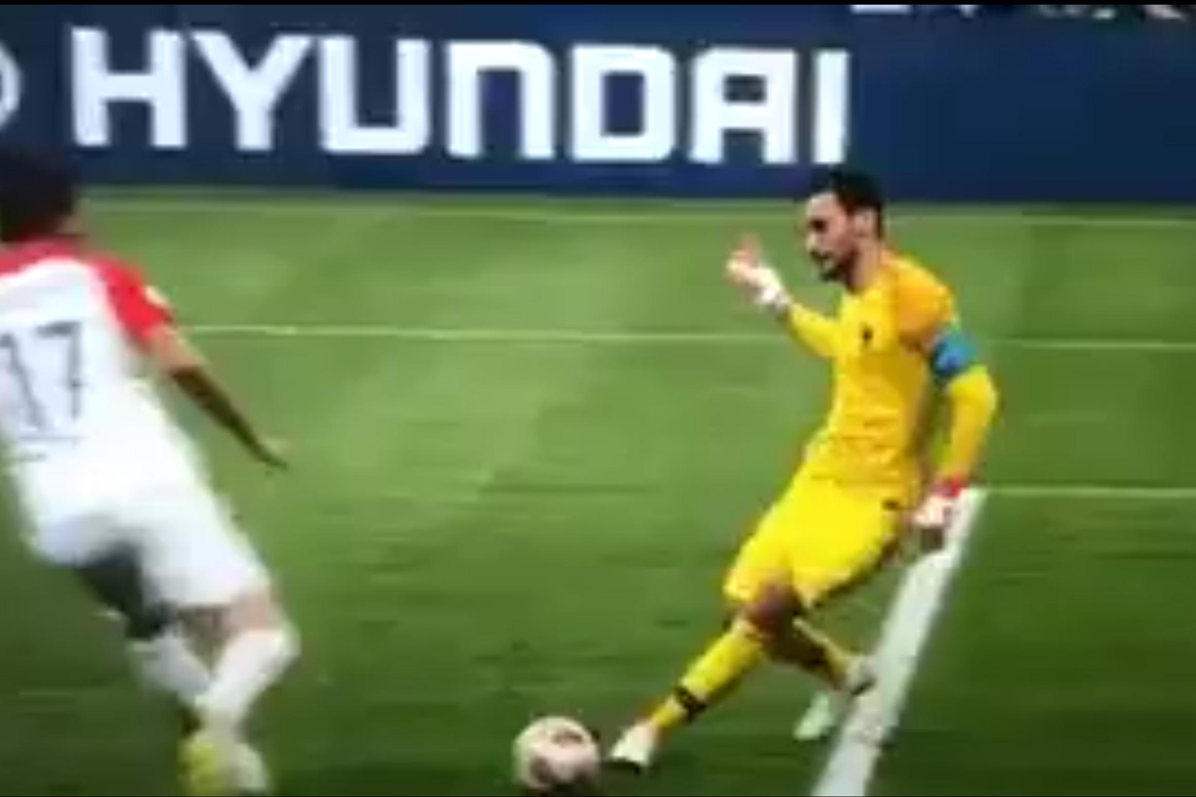 """""""Ma che fai??""""La Francia sul 4-1 può iniziare a pregustare il trionfo mondiale con la Croazia, ma il suo portiere e capitano Lloris regala a tutti un finale di tensione commettendo una clamorosa papera e permettendo a Mandzukic di accorciare le distanze. FRANCIA – CROAZIA: PRIMO RIGORE COL VAR IN UNA FINALE MONDIALE Accade tutto al minuto 69′, a soli 4 minuti dal gol del 4-1 di Mbappé: retropassaggio insidioso al portiere da parte della Francia, con Lloris pressato da Mandzukic. Il portiere tenta un rischiosissimo dribbling e il centravanti della Juve lo beffa, mettendo in porta il pallone deviandolo"""