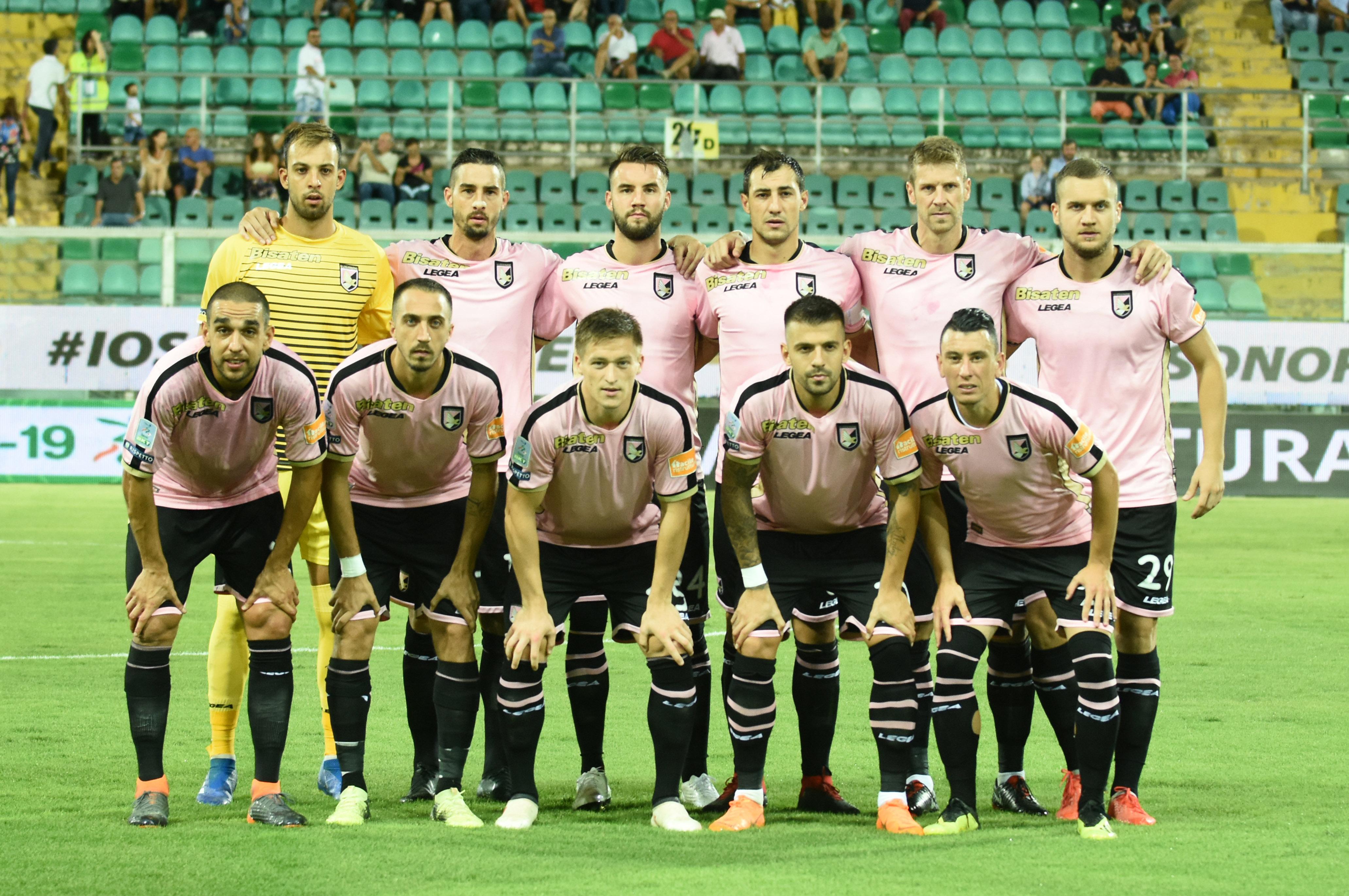 """Finisce 2-2 l'anticipo della seconda giornata tra il Palermo e la Cremonese, che rimonta il gol segnato da Trajkovski (approfittando anche di un errore di Brignoli). Poi nel finale la rete dell'esterno palermitano, ma anche la traversa di Carretta che salva i rosa dalla sconfitta. QUI GLI HIGHLIGHTS LEGGI ANCHE PALERMO: TEDINO FISCHIATO. LA STRADA E' IN SALITA LA CRONACA DEL MATCH TEDINO: """"CUORE E IMPEGNO. NON ABBIAMO MOLLATO"""" LE PAGELLE DI GUIDO MONASTRA"""
