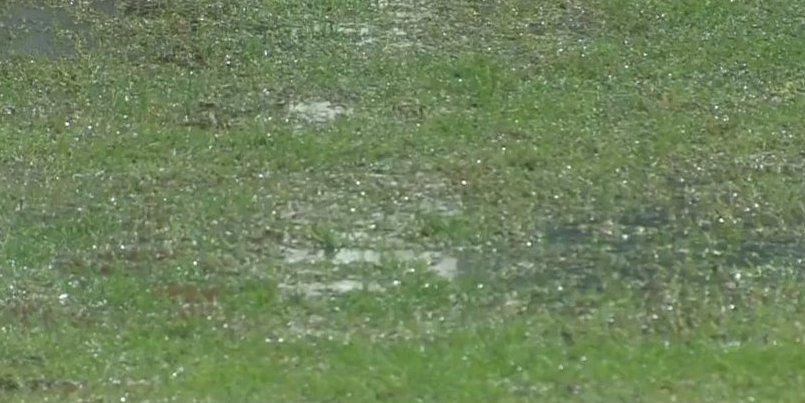 Diluvio a Marassi. L'arbitro Rosario Abisso di Palermo è stato costretto a sospendere Genoa – Napoli al 14′ del secondo tempo a causa di un violento temporale abbattutosi su Genova e sul Luigi Ferraris. SERIE A: PROGRAMMA E RISULTATI Le squadre (che stavano sul punteggio di 1-0 – gol di Kouamé al 20′ del primo tempo) sono state costrette a rientrare negli spogliatoi, con il campo allagato in molti punti. Dopo alcuni minuti l'arbitro ha effettuato un sopralluogo e ha deciso di far proseguire la gara nonostante il campo sia notevolmente appesantito dalla pioggia e ai limiti della praticabilità, con
