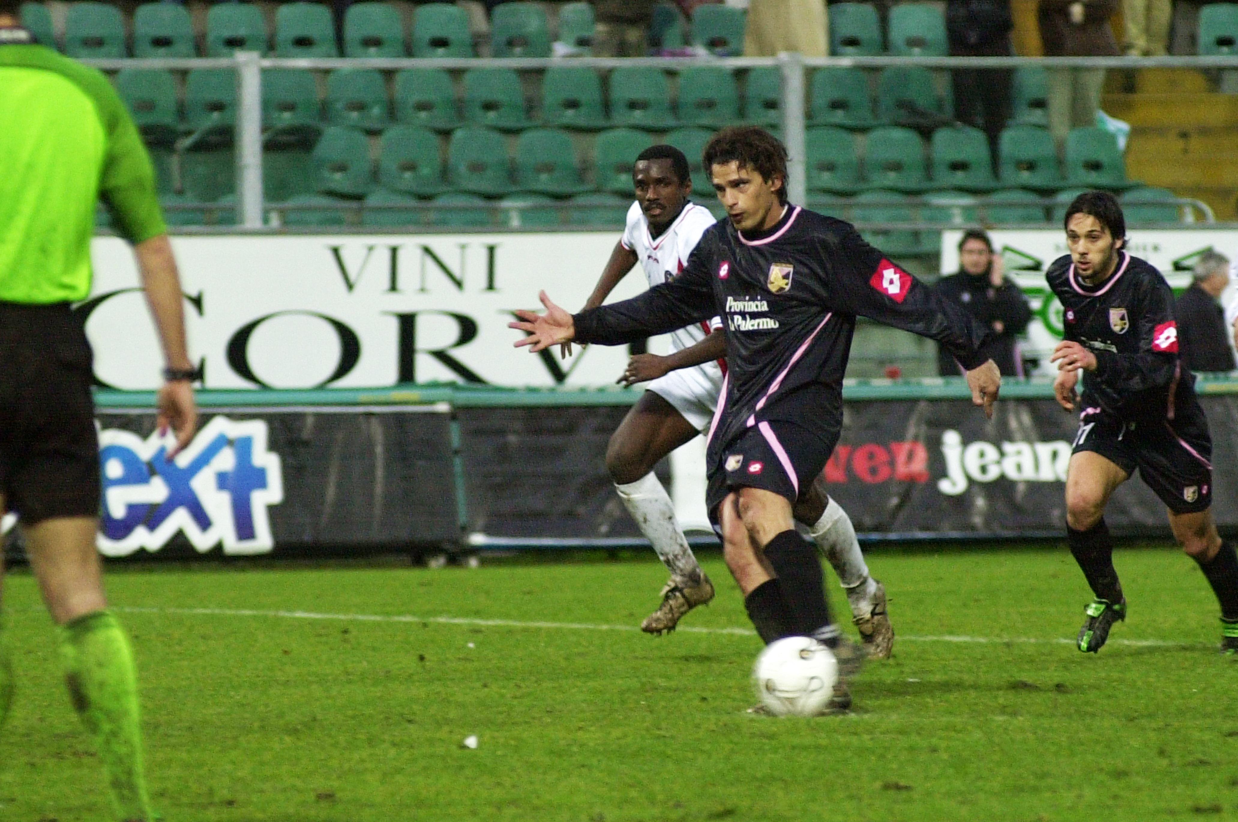 Sono 10 i confronti in terra siciliana tra Palermo e Cosenza: lo score vede i rosanero in vantaggio avendo vinto 5 volte, pareggiato 4 e perso solo una volta. La prima sfida risale al 15 dicembre 1946, si giocava la 12esima giornata di serie B i rosanero s'imposero con il punteggio di 1-0 con gol al 35′ di Lombardi.Era una B divisa in tre gironi: i siciliani, reduci dalla retrocessione dell'anno precedente, conclusero il girone C del torneo all'ottavo posto. L'anno successivo un successo rosanero ancora più netto, un 3-0 con la tripletta al 13′, 19′ e 29′ di Aurelio