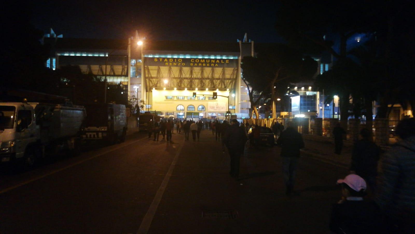 """Si avvicina l'inizio di Palermo – Pescara, scontro diretto per la vetta della Serie B e iniziano ad arrivare i tifosi allo stadio """"Renzo Barbera"""".La gara farà segnare il record stagionale di presenze e, anche se gli spalti non saranno gremiti,si sentirà un'atmosfera diversa rispetto alle altre partite casalinghe di questa stagione. PALERMO – PESCARA: LA DIRETTA TESTUALE DEL MATCH Gli uomini di Stellone cercheranno a tutti i costi i tre punti, dati anche i risultati delle altre big nel pomeriggio. In caso di vittoria, il Palermo andrebbe a più 4 punti dal terzo posto occupato dalla Salernitana. LEGGI ANCHE"""