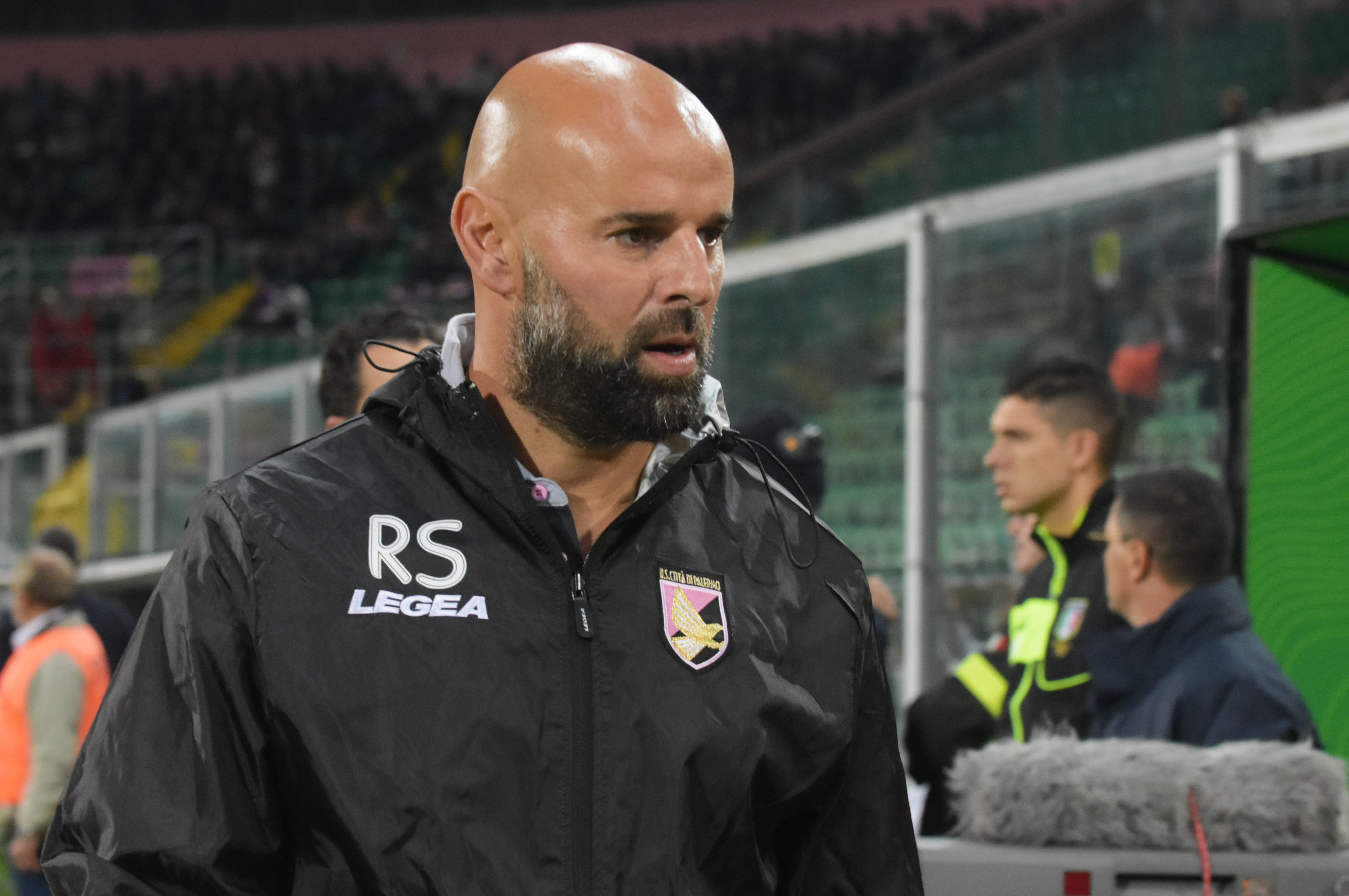 """Il Palermo si appresta a tornare in campo. Dopo la settimana di sosta, i rosanero, nell'anticipo di venerdì sera alle ore 21.00, sfideranno l'Hellas Verona al """"Bentegodi"""". Una sfida importante per confermare le buone sensazioni avute nelle ultime settimane con Roberto Stellone che ha portato i rosa al primo posto con 5 vittorie e 1 pareggio in 6 gare. Dopo aver alternato il 3-4-1-2 e il 4-3-1-2 nelle prime partite, Stellone è tornato al """"suo"""" 4-4-2 contro il Pescara, con una formazione molto offensiva che lo ha premiato, dato il largo risultato finale. E adesso? Quale modulo? Quale formazione? Gli"""