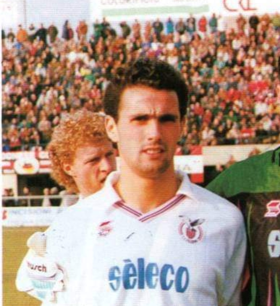 """Antonio Rizzolo, 49 anni, è un doppio ex della gara di domenica sera tra Palermo e Pescara. In maglia rosanero ha giocato complessivamente tre stagioni, segnando 20 reti in 75 presenze (4 di coppa Italia).Una di quelle reti è legata proprio ad un confronto con il Pescara ed è rimasta nella storia perché avvenuta in maniera davvero curiosa. STELLONE, DOPO IL TURNOVER É IL MOMENTO DELLE SCELTE Era il 3 ottobre 1993, si giocava alla """"Favorita"""", i rosanero s'imposero sugli abruzzesi con il risultato di 3 a 2 grazie alla doppietta di Rizzolo e al gol di Gaetano De Rosa,"""
