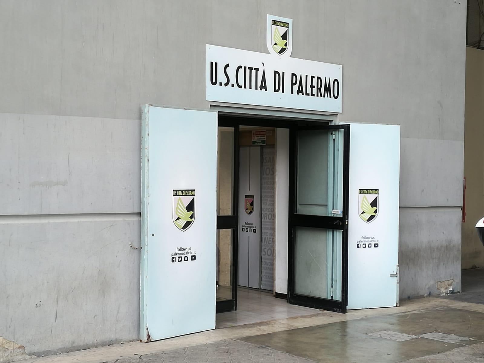 """Il pronunciamento della Cassazione non è certamente favorevole all'ex presidente del Palermo Maurizio Zamparini al quale sono stati confermati gli arresti domiciliari (provvedimento notificatogli a Udine, dove è stato rintracciato dalla Guardia di Finanza). Ma il Palermo ha vinto alcune importanti battaglie. ZAMPARINI: """"VERGOGNA! PROVO COMPASSIONE"""" La Cassazione ha infatti dichiarato inammissibili i due ricorsi della Procura di Palermo che puntavano al sequestro di circa 100 mila euro di proprietà di Zamparini e di poco più di un milione di euro dai conti della società, il che lascia supporre l'insussistenza del reato fiscale e del reato di autoriclaggio, cosa che"""