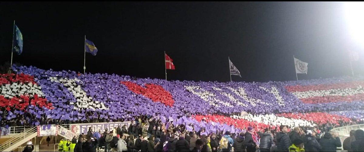 """Durante l'ingresso in campo di Fiorentina e Juventus per la gara di Serie A, i tifosi viola hanno esposto una bella coreografia dedicata alla memoria di Riccardo Magherini, ex calciatore morto nel 2014 per arresto cardiocircolatorio dopo essere stato ammanettato e messo a terra dai carabinieri. Il gruppo centrale della Curva Fiesole ha voluto spiegare il motivo della coreografia. Ecco il comunicato: """"Riki, oltre ad aver giocato nelle giovanili della Fiorentina, era un ragazzo nato e cresciuto a Firenze, uno di noi. Non possiamo e non vogliamo dimenticarlo dopo la vergognosa sentenza che ha assolto dei vigliacchi con la divisa"""