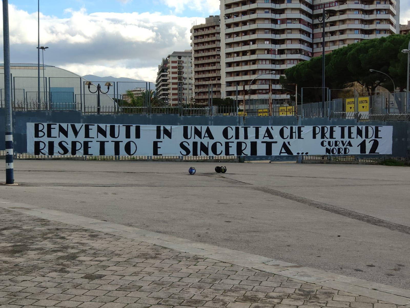 """Allo stadio """"Renzo Barbera"""", sono presenti degli striscionidi benvenuto da parte dei tifosi del Palermo nei confronti della nuova società """"Global Sport Futures&Eintertainment"""" che ha acquisito il 100% delle quote societarie del Palermo calcio: """"Benvenuti in una città che pretende rispetto e sincerità"""", recita uno degli striscioni dei tifosi. """"Qui la mentalità è sempre la stessa: Rispetto"""", recita un altro striscione con i tifosi che sembrano voler avere più chiarezza nei confronti dell'operazione. LEGGI ANCHE: LA BREVE STORIA DI GLOBAL FUTURES SPORTS & ENTERTAINMENT RICHARDSON: """"VOGLIAMO FAR CRESCERE IL PALERMO"""" CLIVE RICHARDSON A CAPO DI ALTRE SOCIETÀ"""