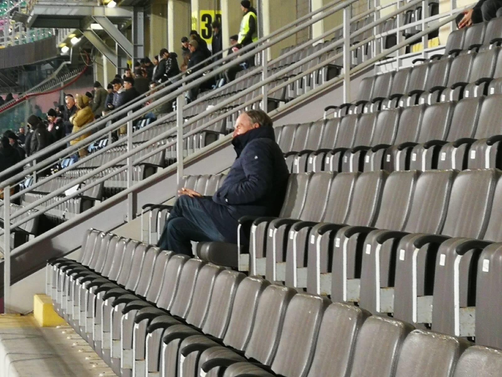 """Zdenek Zeman sugli spalti del Barbera. Anche il tecnico boemo ha voluto assistere al match del Renzo Barbera tra Palermo e Ascoli, prendendo posto in tribuna centrale. Una serata in cui si è registrato un """"discreto"""" dato di pubblico (almeno rispetto alle ultime partite giocate al Barbera):8.262 gli spettatori presenti; 2.210 abbonati e 6.052 possessori di biglietto. LEGGI ANCHE LA DIRETTA TESTUALE DI PALERMO – ASCOLI PALERMO-ASCOLI: IL CLAMOROSO AUTOGOL DI PERUCCHINI / FOTO – VIDEO SOLIDARIETA' DAL BARBERA: """"VICINI ALLE FAMIGLIE DEI PAESI ETNEI"""" """"MI RITORNI IN MENTE"""": 90° MINUTO E TONINO CARINO DA ASCOLI"""