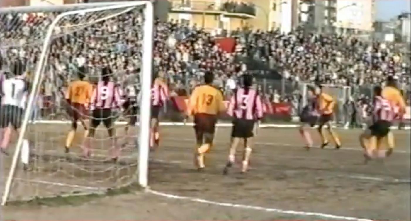 Una giornata da sogno a occhi aperti. Il 17 gennaio 1988, ad Ercolano, arrivò il Palermo campione d'inverno. Un evento senza precedenti per la città vesuviana e per la sua squadra, la Ercolanese, che da alcuni anni calcava i palcoscenici della Serie C2 e che in quella stagione si trovò improvvisamente ad affrontare nel proprio campionato una delle nobili decadute del calcio italiano, sfiorando anche l'impresa di fermare i rosanero nella rincorsa alla C1. Le immagini sono quelle sgranate dei filmati degli anni' 80, la voce quella compassata dei cronisti locali dell'epoca, ma l'emozione si avverte in maniera chiara ed