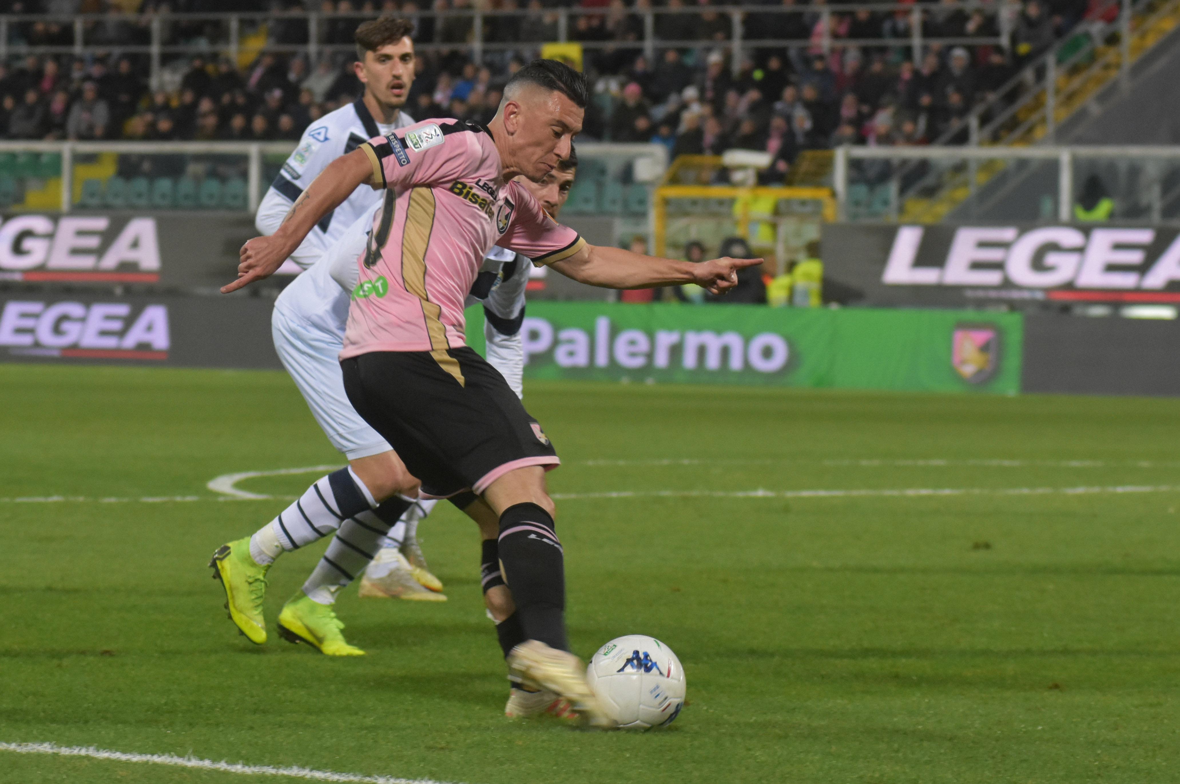 Il Palermo torna capolista per pochi minuti, 13 per l'esattezza, grazie al gol del rientrante Nestorovski che era appena entrato in campo. Poi, con lo stadio pronto a festeggiare, arriva un gol casuale, non voluto, beffardo e il Brescia si riprende il comando nei minuti si recupero. Ma il Palermo avrebbe meritato di vincere, ha dato comunque una dimostrazione di solidità tecnica e di forza interiore davvero impressionante. Al di là della beffa, se il Palermo continuerà a giocare su questi livelli può comunque conquistare la serie A. LA CRONACA DEL MATCH PALERMO:Brignoli 5; Rispoli 6, Bellusci 6,5, Rajkovic 6,5,