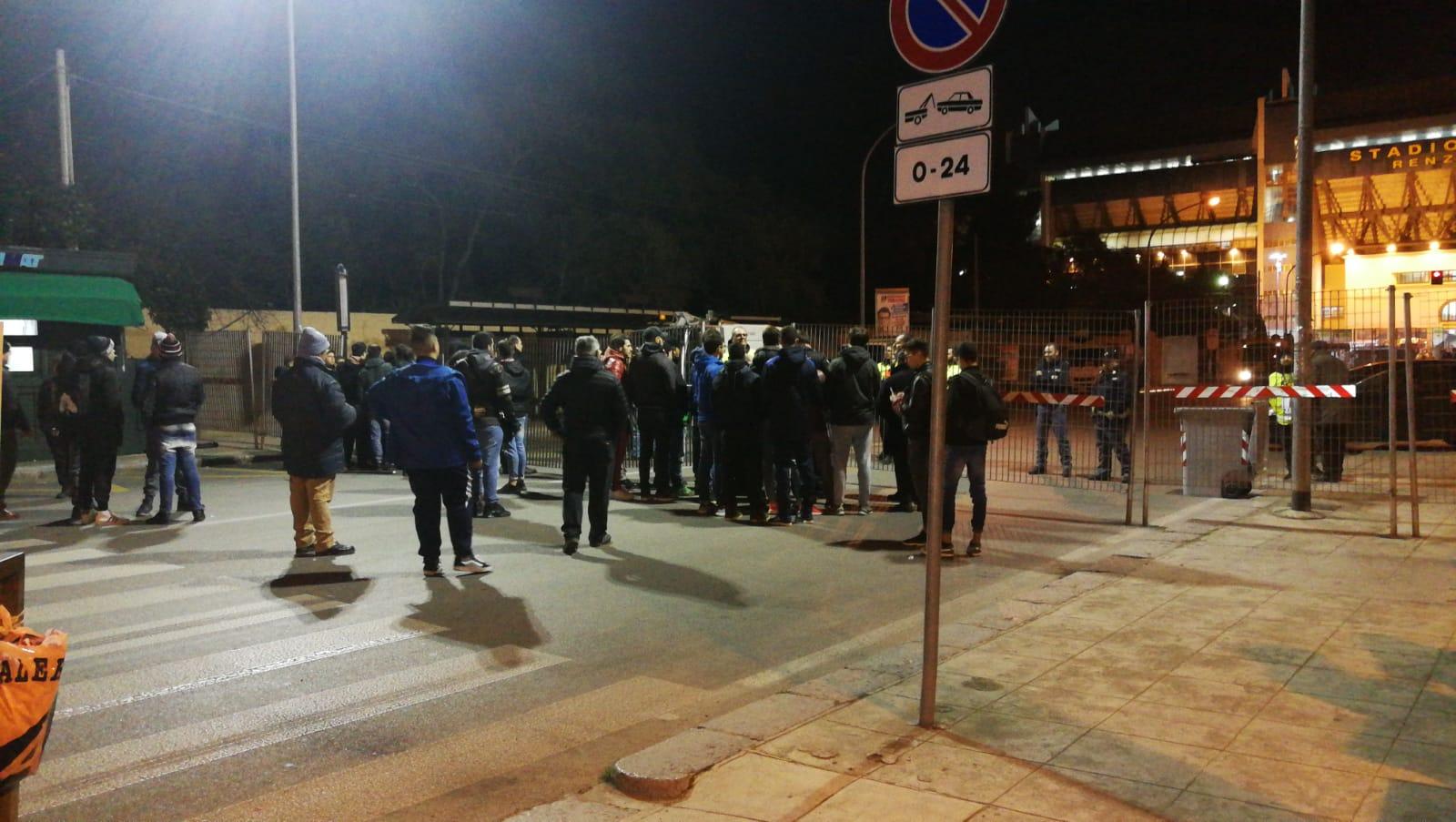 ORE 20.45 – Mentre le squadre terminano il riscaldamento e anche la pioggia si arresta. Tutto pronto per l'inizio della partita (QUI LA DIRETTA TESTUALE) ORE 20.30 – Bomba d'acqua al Barbera. Dopo una giornata di sole e bel tempo, arrivano improvvisamente pioggia e acqua in città. Le squadre in campo proseguono il riscaldamento, mentre il pubblico cerca di ripararsi dalla pioggia. Tutto pronto per Palermo – Bresciae anche nel piazzale dello stadio cresce l'attesa per uno scontro diretto che riporterà una cornice di pubblico come non si vedeva da tempo (previsti oltre 20 mila spettatori, con record di incasso).