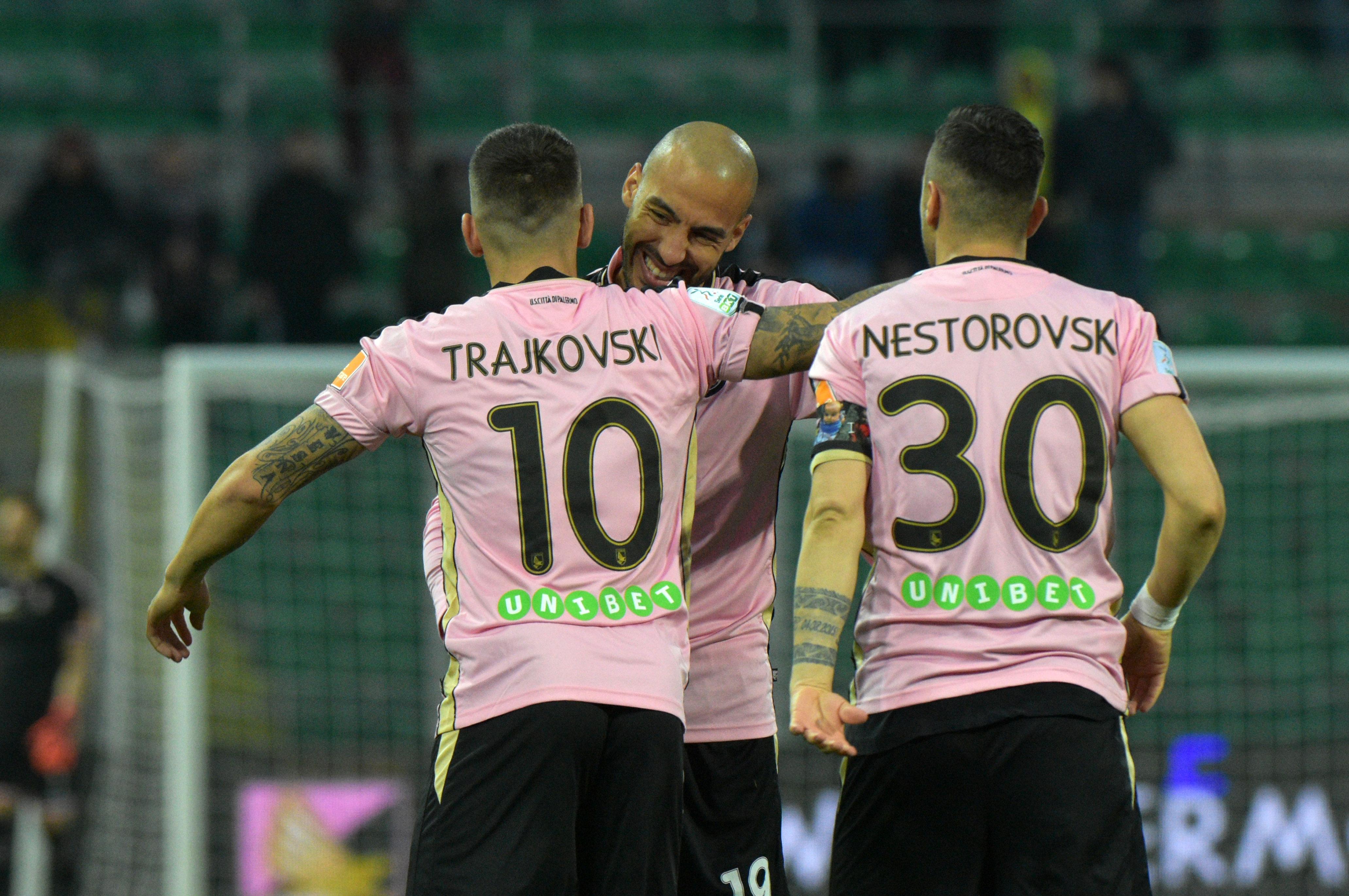 """(AGGIORNATO L'8 APRILE, ORE 08.00).Ecco le probabili formazioni diPalermo – Verona, match valido per la 32a giornata del campionato di Serie B 2018-2019 (appuntamentolunedì8 aprile, alle ore 21.00, stadio """"Renzo Barbera"""" di Palermo): PALERMO (4-3-1-2):Brignoli; Rispoli, Bellusci, Rajkovic, Aleesami; Murawski (Fiordilino), Jajalo, Haas; Trajkovski; Moreo (Puscas), Nestorovski. All. Stellone Infortunati: Falletti, Salvi, Chochev Squalificati: / VERONA (4-3-3):Silvestri; Bianchetti, Dawidowicz, Empereur, Balkovec; Faraoni, Gustafson, Zaccagni; Lee, Pazzini, Di Gaudio. Infortunati:Tozzo, Crescenzi, Kumbulla, Ragusa, Vitale Squalificati: / Resta il modulo, cambiano gli interpreti. Dopo la sconfitta di Pescara, Stellone e il Palermo preparano subito la sfida al Verona: Falletti non sembra ancora"""