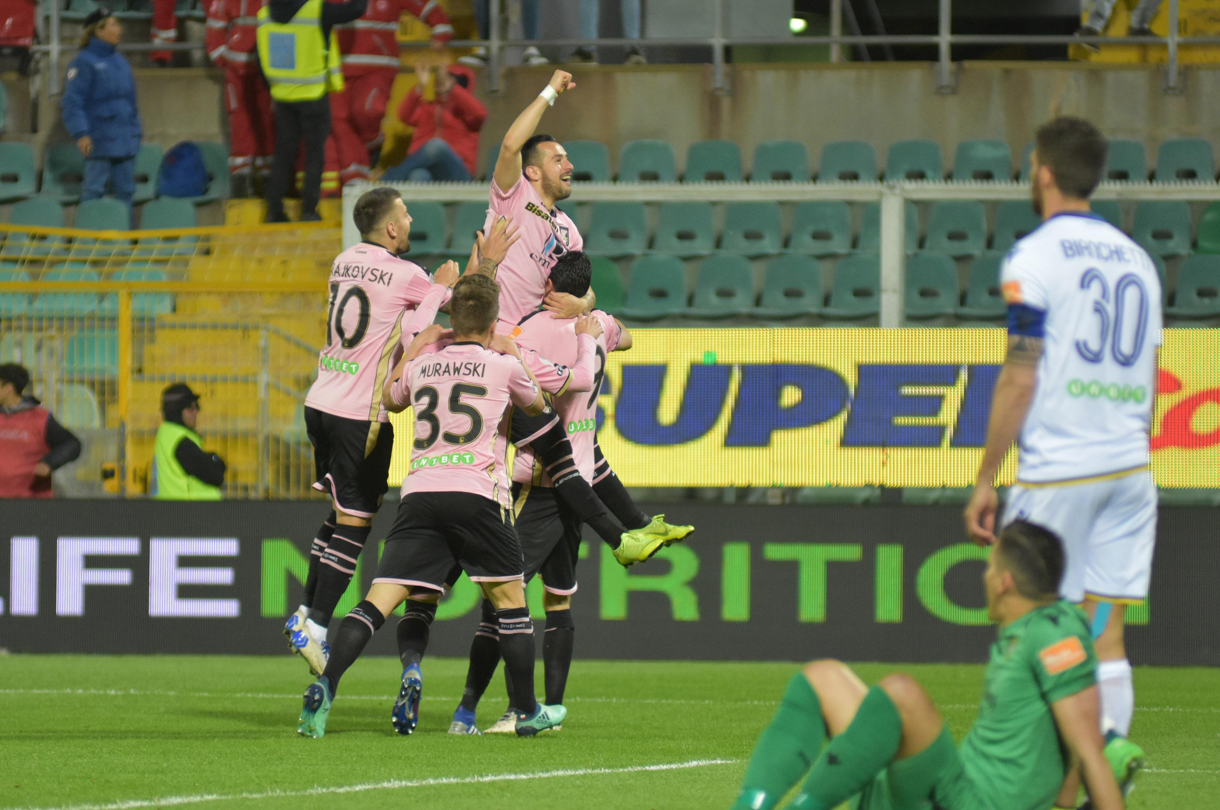 """Il Palermo conquista tre punti d'oro. I rosa battono il Verona grazie a un gol di Nestorovski e tornano in corsa per la promozione diretta; il Lecce è a una sola lunghezza e con una partita in più. QUI GLI HIGHLIGHTS. LEGGI ANCHE STELLONE: """"ABBIAMO DOMINATO. PARTITA FANTASTICA"""" LA CRONACA DEL MATCH LE PAGELLE DI GUIDO MONASTRA"""