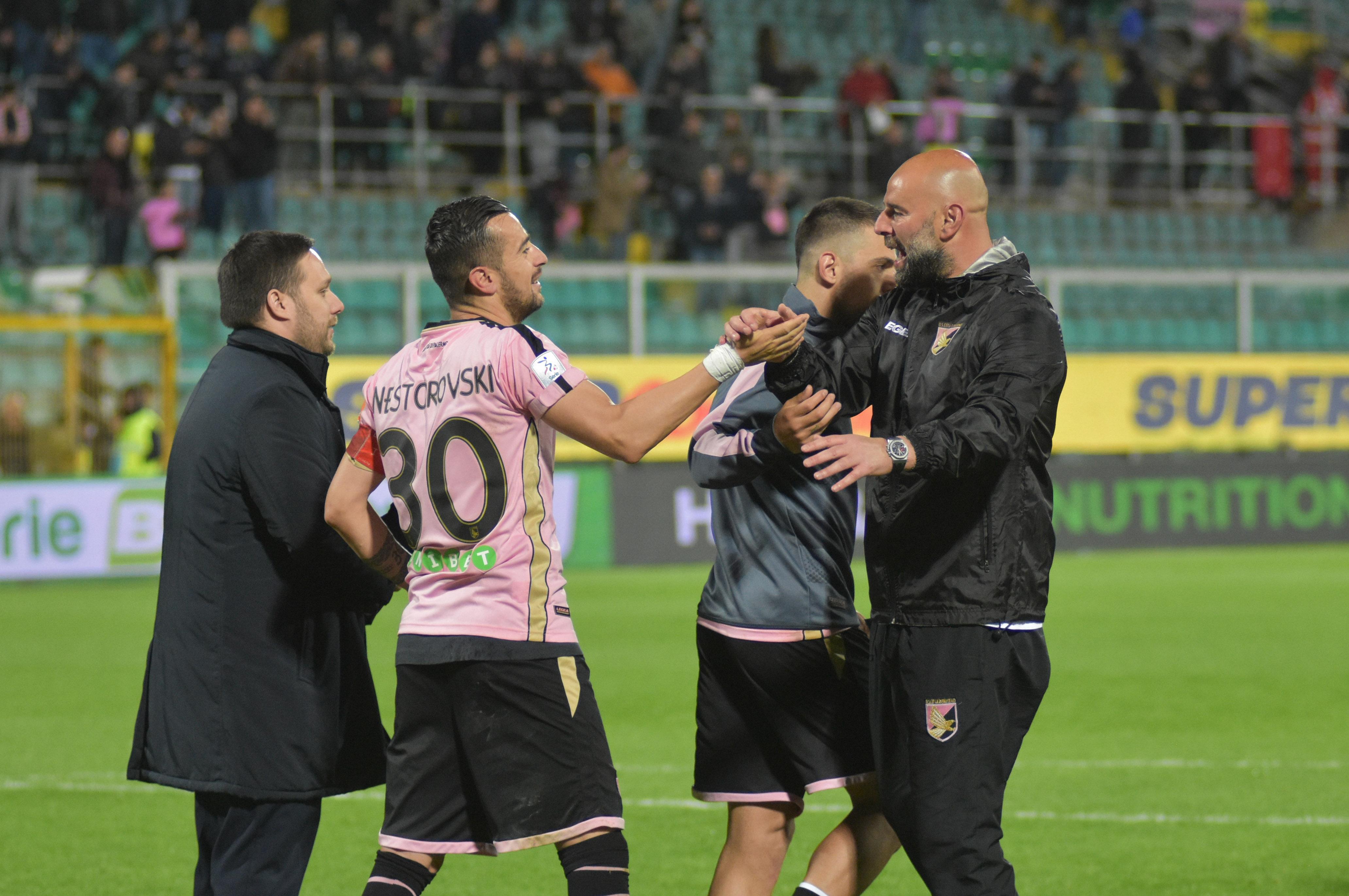 """Ripartire dal pubblico e dalla vittoria. Ilija Nestorovski, capitano del Palermo, commenta così ai microfoni di DAZN la vittoria contro l'Hellas Verona: """"Voglio partire dal pubblico, da chi è venuto oggi, perché questi ci credono e credono in noi. Questo è più importante di tutto. Gol che ci libera da un macigno? Il mio gol è meno importante di tutto: l'importante dopo Pescara era vincere, e oggi abbiamo meritato. Non siamo partiti bene, ma poi abbiamo dominato per 86 minuti"""". LE PAGELLE DI GUIDO MONASTRA E aggiunge: """"Cosa ci succede? Magari c'è un blackout, magari perdiamo. Ma noi giochiamo sempre"""