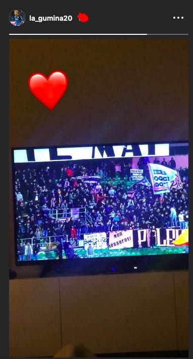 """Anche Nino La Gumina ha guardato Palermo – Verona. L'ex attaccante rosanero ha pubblicato una storia su Instagram che raffigura la sua tv """"colorata"""" dai tifosi palermitani presenti al Barbera per il big match. La Gumina è fermo per infortunio dallo scorso 2 marzo e non ha fatto mancare il suo supporto per la sua squadra del cuore in una partita che valeva come una finale. Il Palermo è tornato in corsa per la promozione diretta. LEGGI ANCHE LE PAGELLE DI GUIDO MONASTRA STELLONE: """"ABBIAMO DOMINATO. SERATA FANTASTICA"""" NESTOROVSKI: """"CON QUESTO PUBBLICO POSSIAMO FARCELA"""" LA CRONACA DEL MATCH"""