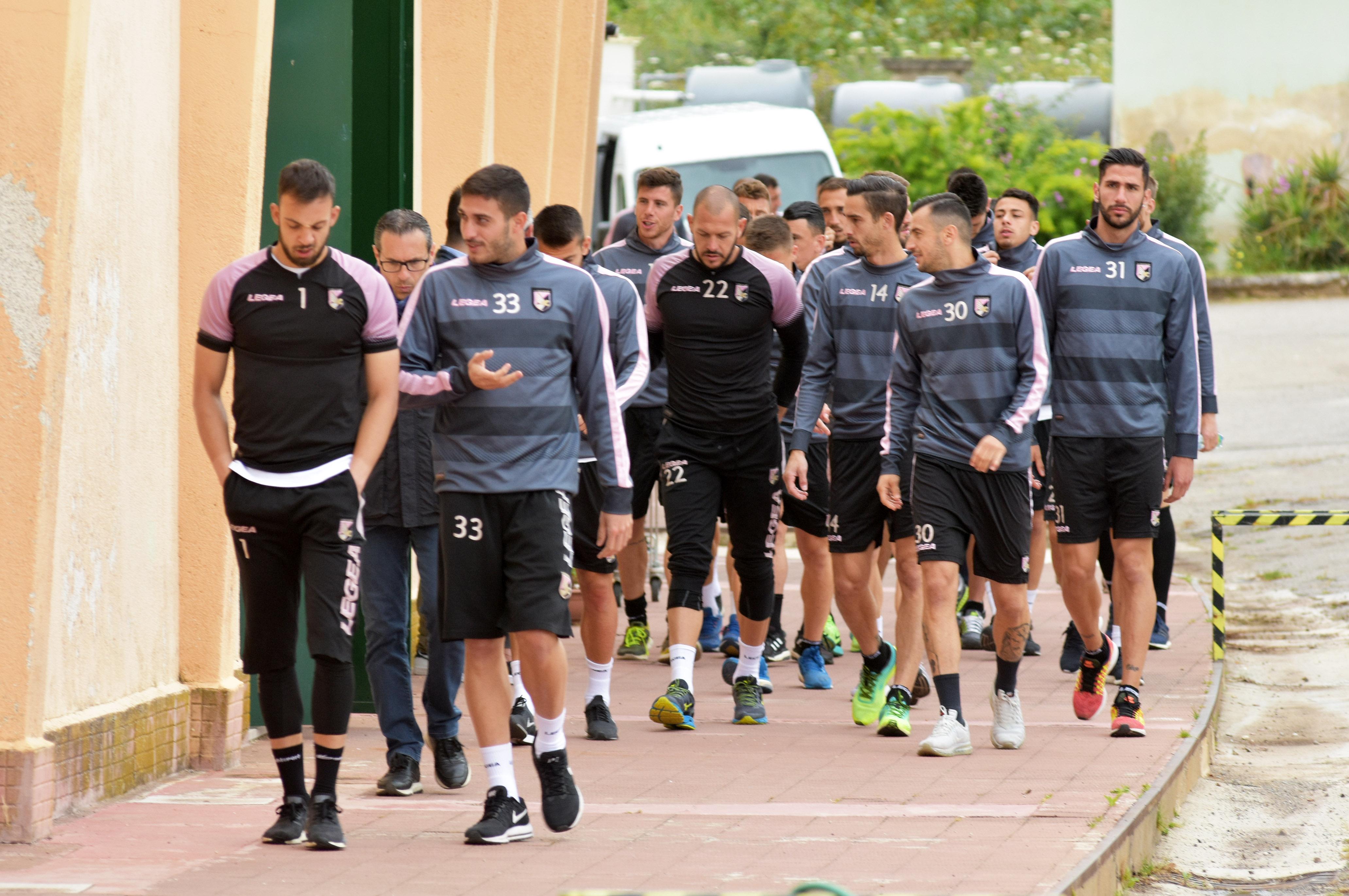 """ORE 10.08 – É terminata la conferenza dei calciatori del Palermo. ORE 10.08 –Nestorovski: """"Noi pensiamo ancora che abbiamo due partite in casa. Siamo fiduciosi nella società. Dobbiamo sperare nei playoff. La città merita la Serie A"""". ORE 10.07 –Rispoli: """"Delio Rossi ci ha detto che bisogna pensare al campo e fare il nostro dovere. Dobbiamo aspettare. Se ci restituiranno i playoff faremo del nostro meglio"""" ORE 10.05 –Pomini: """"La città ci è stata vicina anche nei momenti in cui la gente si aspettava qualcosa di più. Questo lo portiamo dentro. Noi ci abbiamo messo la faccia per prenderci le"""