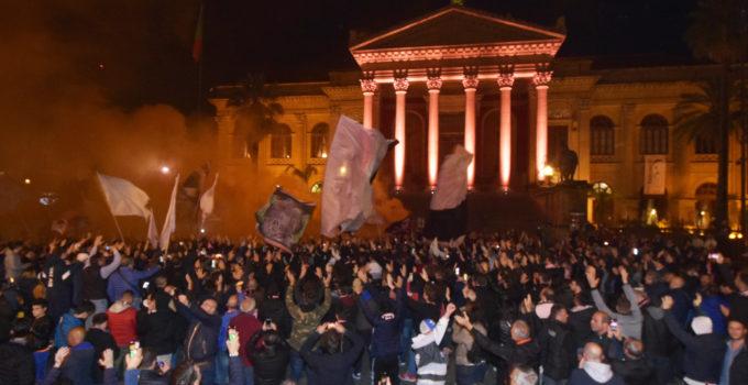 Calcio: tifosi manifestano in piazza Verdi
