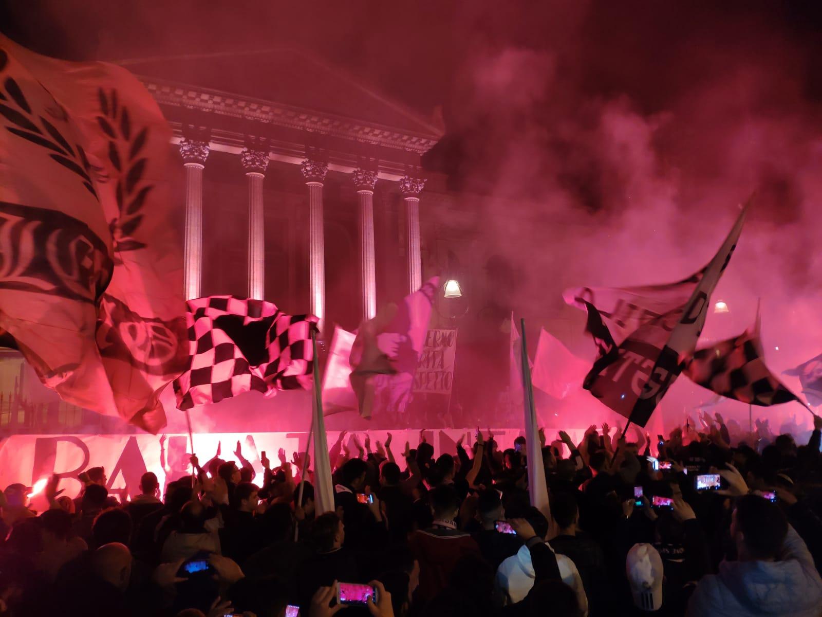 """""""I giorni del giudizio"""". Così Repubblica Palermo definisce leore frenetiche in cui ilclub rosanero attende notizie dalla Figc, che oggi si riunisce in Consiglio Federale, dopo aver presentato il ricorso in corte d'appello federale e l'istanza di sospensione dei playoff in attesa del secondo grado di giudizio, mentre scende in piazza la protesta dei tifosi (in duemila per le vie del centro) e le reazioni della politica, sia a livello locale che nazionale. ARIA PESANTE IN FEDERCALCIO: TRA PERQUISIZIONI E CAOS SERIE B Come riportato da Valerio Tripi, ilconsiglio federale si riunirà oggi alle 11,30 a Roma, ma sarà al"""