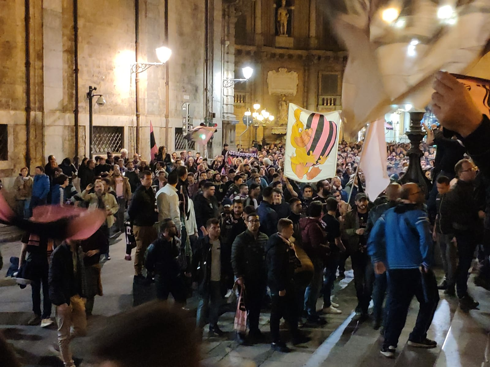 Da tifoso che ha vissuto il Settembre nero del 1986 e che rivive, dopo anni di ebbrezza, il dramma sportivo di una retrocessione a colpi di carta bollata, mi sono imposto in questi giorni un attonito silenzio denso di dispiacere, di disinganno, di rancore. Quanto ribrezzo per una sentenza ingiusta che punisce due squadre e i loro tifosi mentre, ora come allora, avvoltoi famelici volteggiano sul cadavere del Palermo. Ma sarebbe scontato ripetere le obiezioni di cui sono pieni giornali e siti locali sul contrasto tra i giudizi della magistratura ordinaria e di quella sportiva, sul palese fallimento della Covisoc,