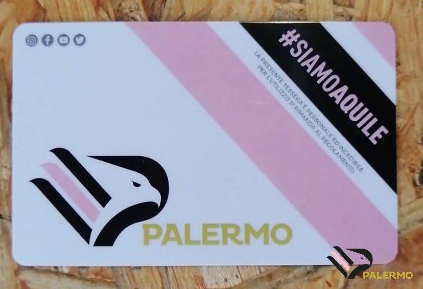 """Il """"viaggio"""" della campagna abbonamenti del nuovo Palermo prosegue. Nella giornata di sabato 17 agosto, la prima fase di prelazione e rinnovi si è chiusa raggiungendo quota 879 tessere, maè neiprossimi giorni che la società rosanero attende e spera in una accelerazione. MIRRI AL CORSPORT: """"VOGLIO IMPORRE IL MODELLO PALERMO"""" Dopo una pausa domenica le(e la promessa di un'organizzazione più efficiente) si riparte infatti lunedì a San Lorenzo Mercato con due giorni dedicati agli abbonati dello scorso anno a Gradinata Superiore e Curva Sud Superiore, che avranno diritto anch'essi ad una prelazione ma dovranno necessariamente cambiare posto visto che i"""