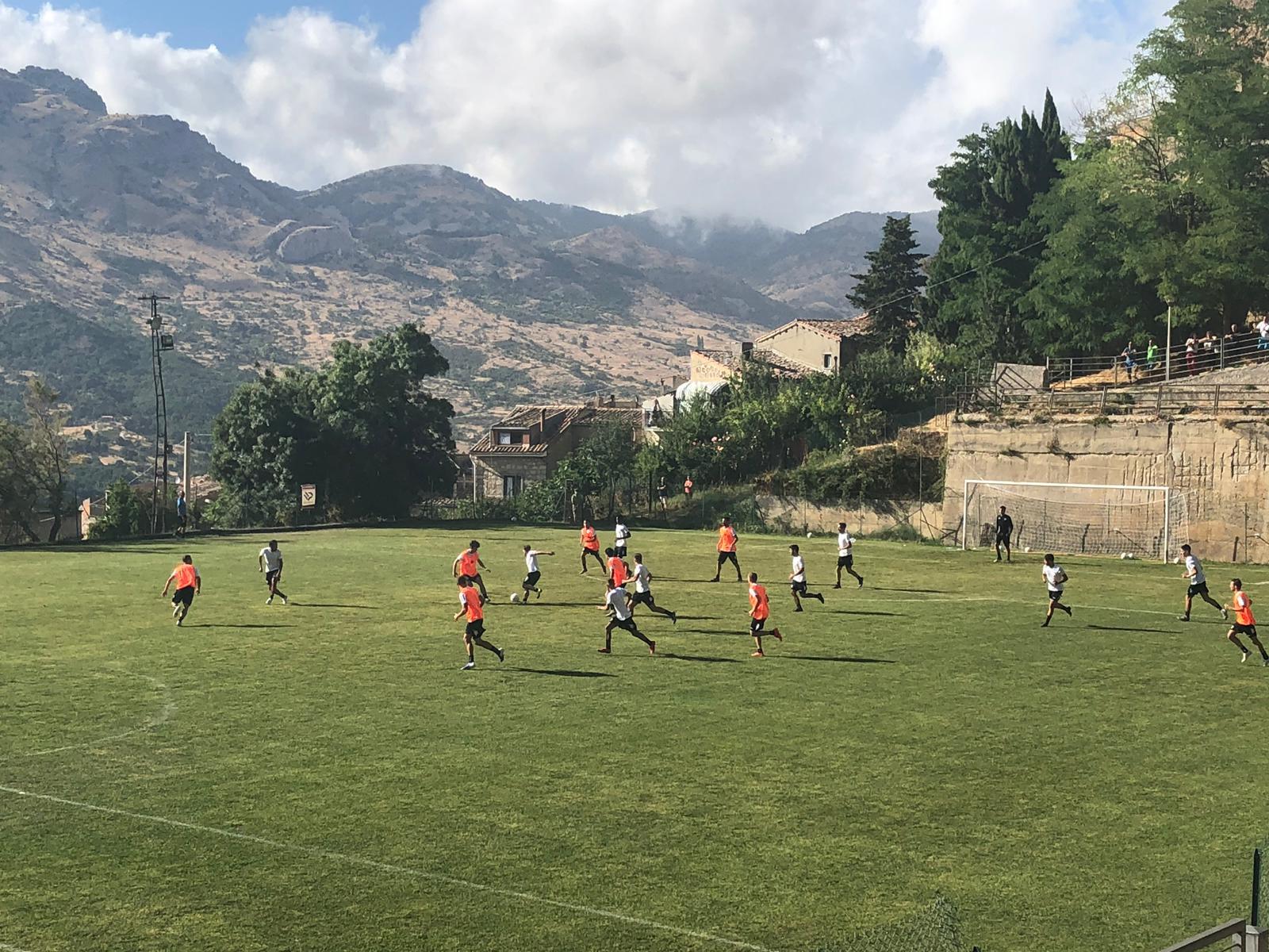 Giornata d'allenamenti intensi per il Palermo. La mattina gli uomini di Pergolizzi si sono dedicati alla tattica, con movimenti difensivi e offensivi. Il modulo è quello annunciato dal tecnico, il 4-3-1-2. Nel pomeriggio, invece, spazio alla partitella 10 contro 10, finita 3 – 1 per gli arancioni, guidati da Giovanni Ricciardo, autore di due gol. Bene anche Martinelli che segna la rete del 2 – 1. Per i bianchi, invece, il gol è firmato da Marong, ma ci sono stati applausi per Santana, autore dell'assist e di un paio di acrobazie che hanno fatto infiammare i circa 50 tifosi rosa