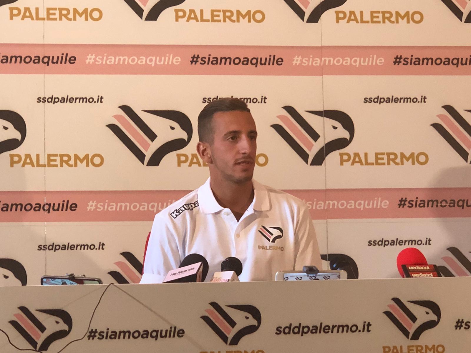 """ORE 13.32 – É terminata la conferenza stampa di Andrea Accardi. ORE 13.31 –""""Sarà il campo a dire se noi siamo favoriti. La città si deve innamorare di nuovo. Pergolizzi? Mi ha fatto un'ottima impressione. Ha vinto uno Scudetto qui, è molto preparato. È una brava persona e un grande allenatore"""". ORE 13.30 –""""Nessuno si aspettava la fine del """"vecchio"""" Palermo. Voglio dedicare un pensiero ai dipendenti, non è facile andare avanti. Noi giocatori troviamo sempre un'altra squadra. Sono stato male per loro e per i tifosi"""". ORE 13.28 –""""Voglio giocare ogni partita e vincerle tutte, deve essere l'obiettivo di"""