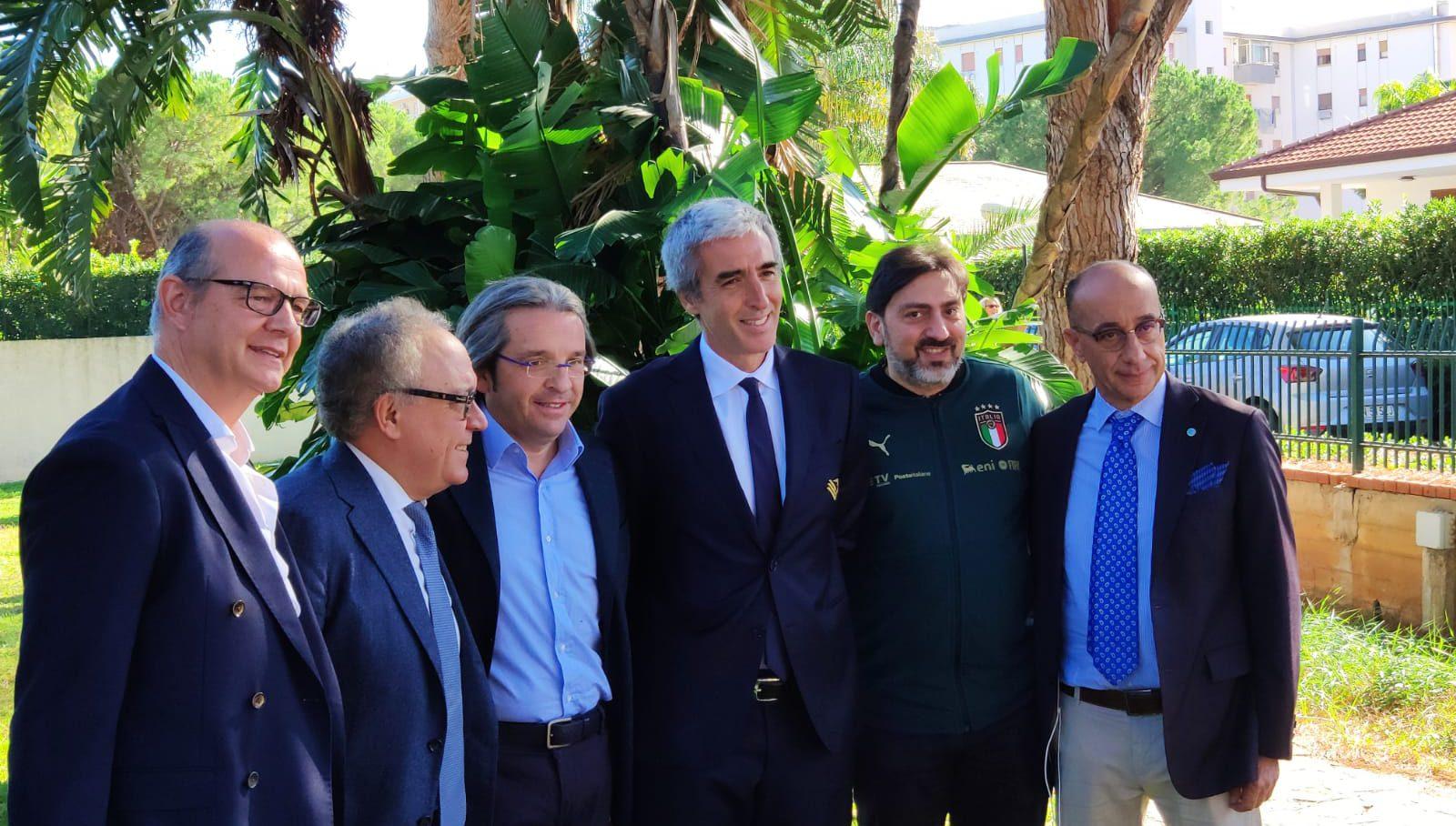 """L'accoglienza di Dario Mirri alla Nazionale. Il presidente del Palermo è intervenuto al convegno sulla comunicazione organizzato da Odg Sicilia e (oltre a stigmatizzare la rissa di Palmi) ha dato il proprio benvenuto agli azzurri: """"Spero di vederli spesso al Barbera, avervi qui per noiè motivo di orgoglio e felicitàperché la Nazionale è gioia"""". RISSA A PALMI, MIRRI: """"MI SONO VERGOGNATO"""" E aggiunge: """"Palermo sarà sempre accogliente, lo è sempre stata. Dobbiamo accogliere tutti i calciatori sia italiani che non, non capisco la differenza.La federazione ha dato possibilità di vedere la Nazionale a Palermo nonostante non abbia calciatori rosanero.Questa città"""