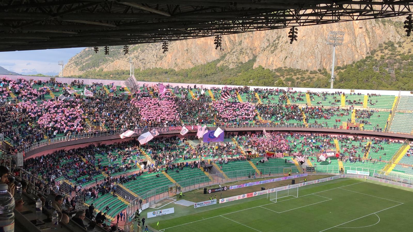 """Ancora una buona risposta di pubblico Renzo Barbera per Palermo – Savoia: allo stadio è di 17.049 il dato degli spettatori paganti (di cui oltre un centinaio di tifosi del Savoia in arrivo dalla Campania ed entrati circa mezz'ora dopo il fischio d'inizio). Il primato stagionale di spettatori paganti al Barbera resta alla sfida fra Palermo e Licata,19.726 paganti(di cui circa 1500 provenienti da Licata). LEGGI ANCHE LA CRONACA DEL MATCH SERIE D, GIRONE I: I RISULTATI DELL'11a GIORNATA IL """"PALLONE"""" DEL BARBERA DIVENTA PALAZZETTO"""