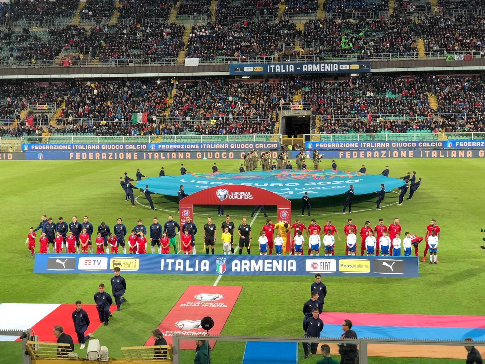 """Una bella festa, in tutti i sensi. L'Italia è tornata a giocare al """"Renzo Barbera"""" di Palermo e ha regalato ai circa 27 mila tifosi una serata entusiasmante, con una goleada contro la debolissima Armenia. Palermo conferma di amare l'Italia, l'Italia conferma di amare Palermo, roccaforte di affetto e di belle sensazioni. E i nove gol sembrano quasi un regalo a un pubblico che ha affollato lo stadio nonostante fosse una partita… amichevole, senza motivazioni di classifica. Ma di fronte alla più generosa Italia degli ultimi tempi Palermo ha saputo ricambiare. Le novereti dimostrano il cambio di mentalità degli azzurri,"""