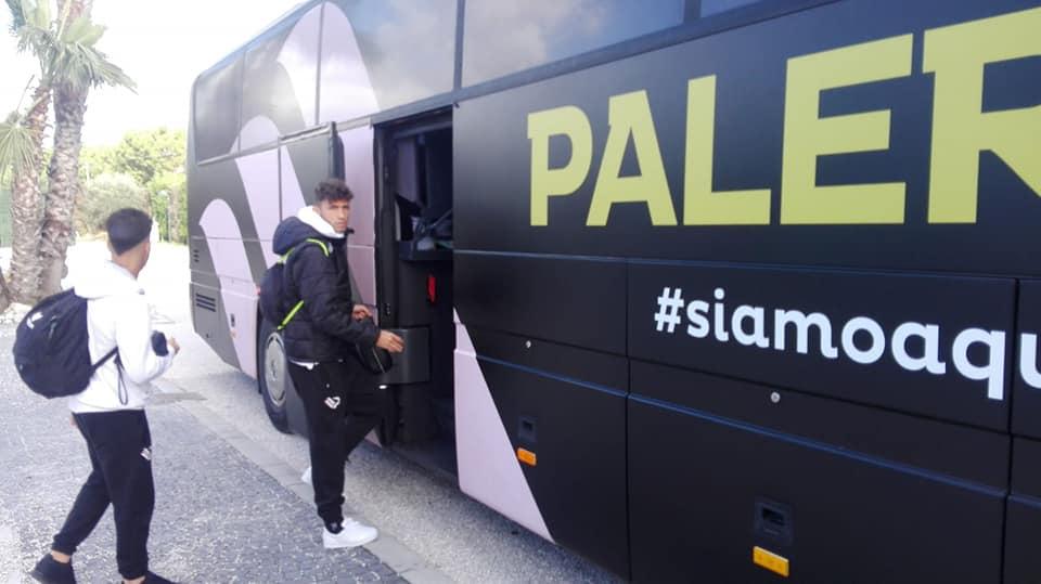 Il Palermo arriva a Giugliano in pullman e sappiamo che nel tragitto i giocatori hanno pure dovuto comprare le pentole da uno sponsor. Pergolizzi, che pare abbia fatto allenare i suoi sul traghetto senza fare mai cadere la palla in acqua, sorprende tutti e non schiera Ricciardo. Qualcuno addirittura sospetta lo abbiano dimenticato a una sosta all'autogrill perché non trovava gli spicci per quello che pulisce il bagno e l'hanno sequestrato all'interno. Le prime immagini dal campo ci fanno, come sempre, piombare nello sconforto più nero perché ci ricordano in quale inferno calcistico siamo finiti. Meno male che i tifosi